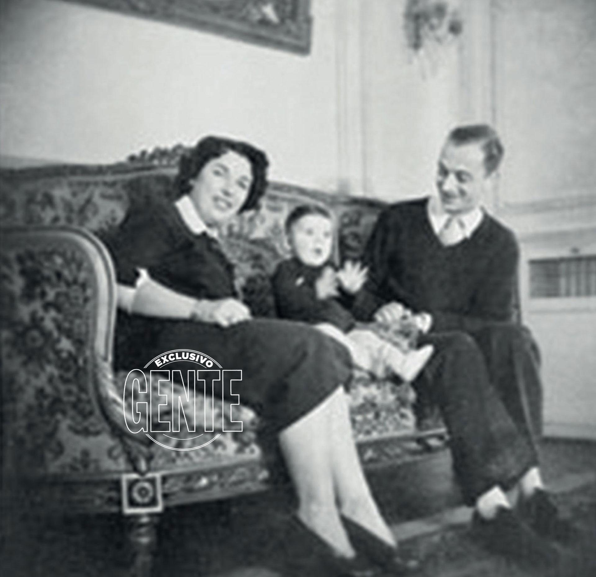 Junto a sus padres