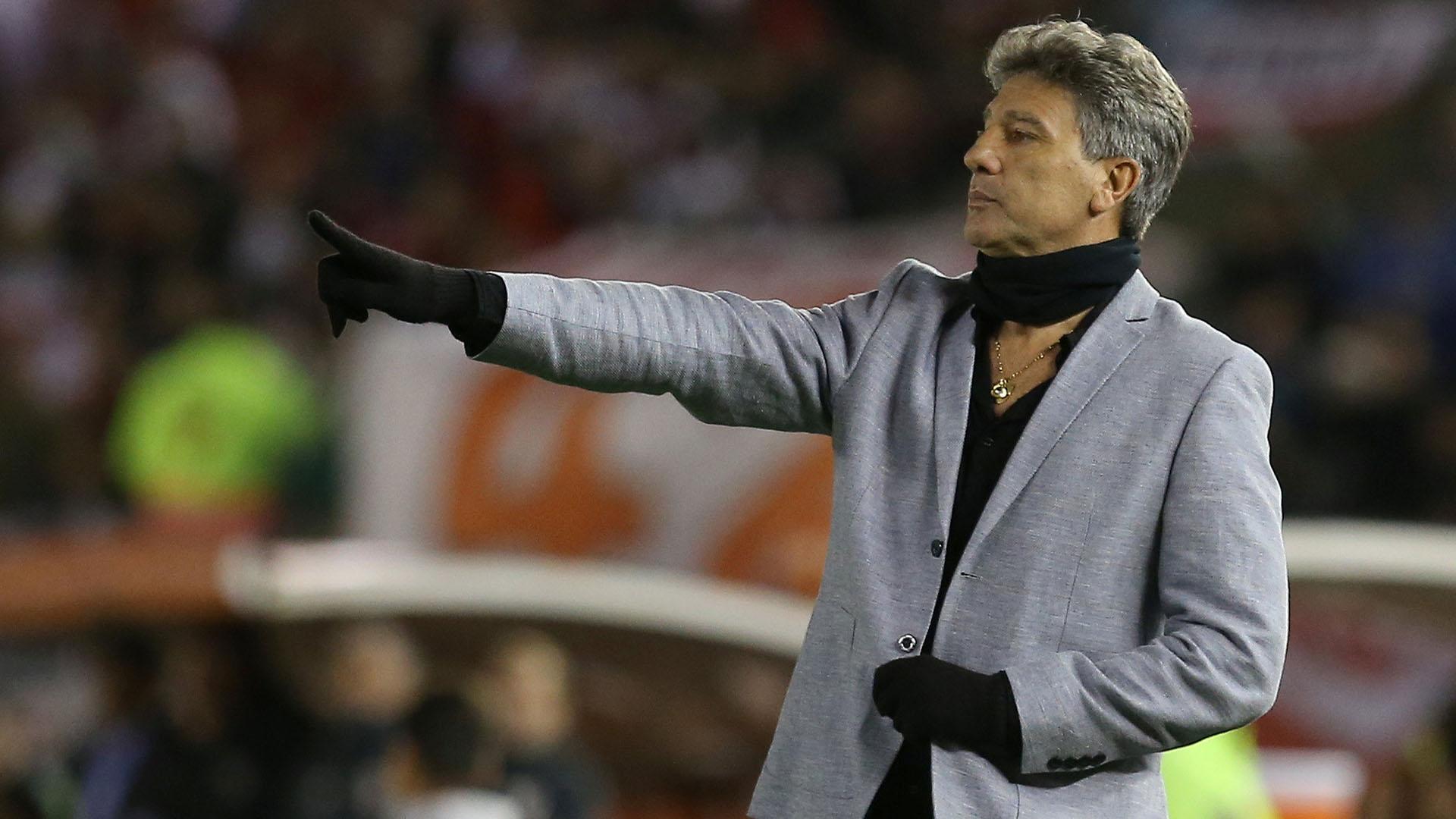 Renato Portaluppi y su peculiar look para el duelo ante River (Reuters)