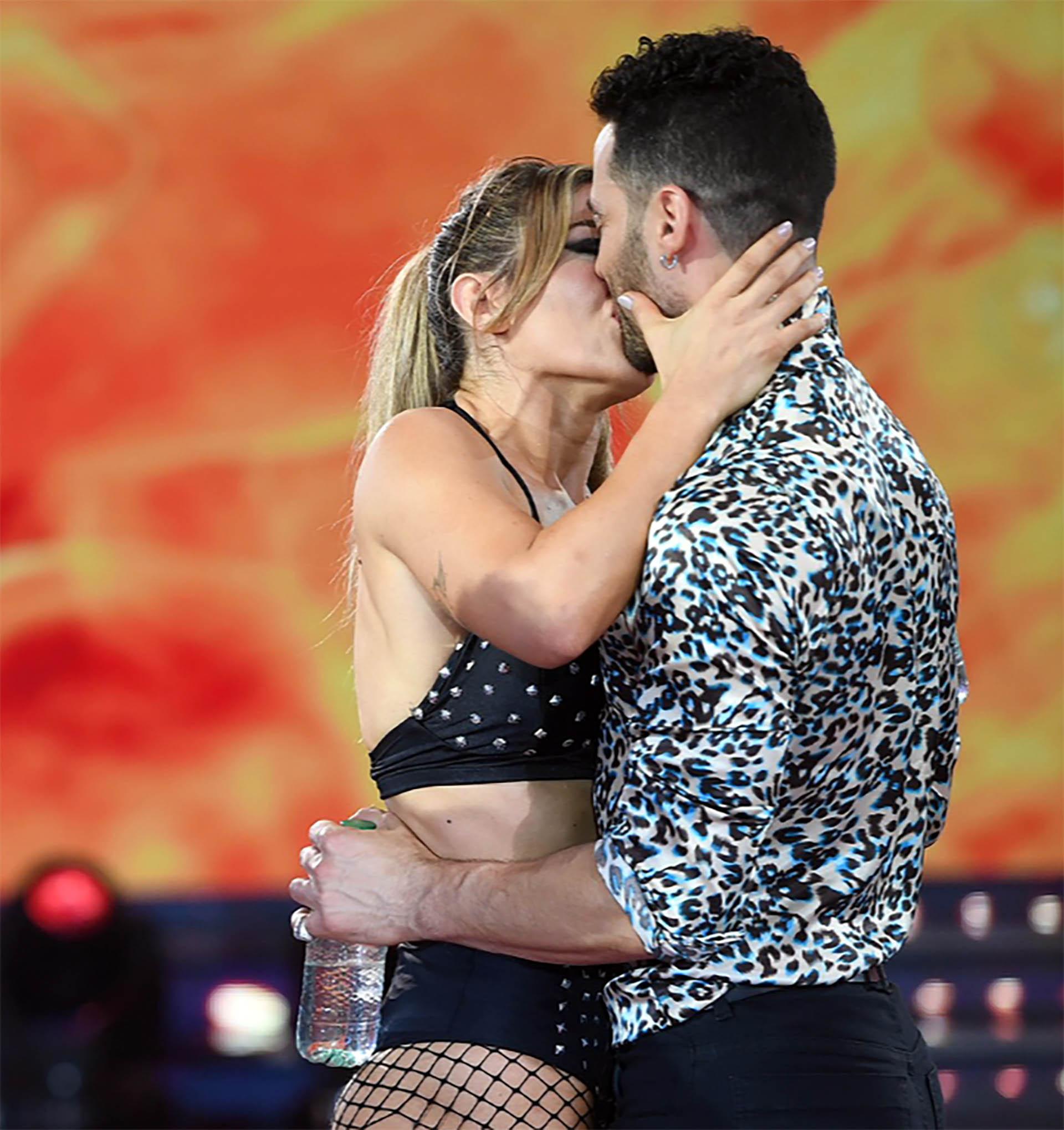 """Jimena Barón y Mauro Caiazza se besaron apasionadamente en el """"Bailando 2018"""". La actriz apostó al amor de la mano del bailarín tras separarse de Rodrigo Romero"""