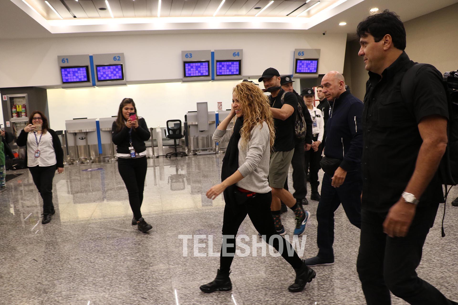 La cantante en el aeropuerto (Matías Souto – Grosby Group)