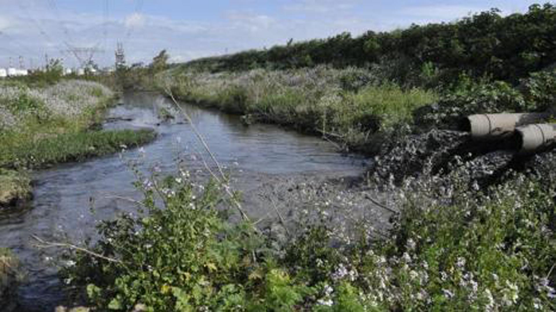Decenas de empresas vierten sus desechos industriales en las aguas del Riachuelo