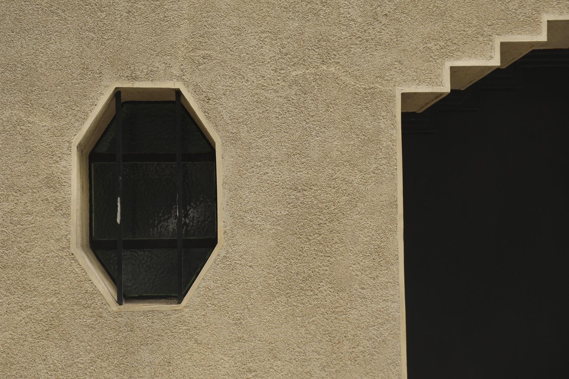 En todo el exterior pueden observarse, aplicados a esta estructura básica de notable geometrización, numerosos elementos decorativos que remiten a formas figurativas