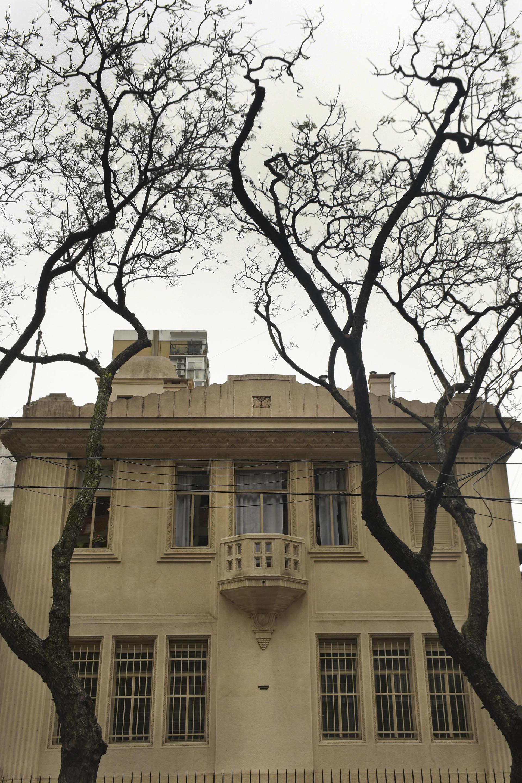 CASA VIRASORO. En la fachada, el autor utiliza los usuales recursos historicistas de simular ventanas o retranquear volúmenes para conseguir simetría en la composición