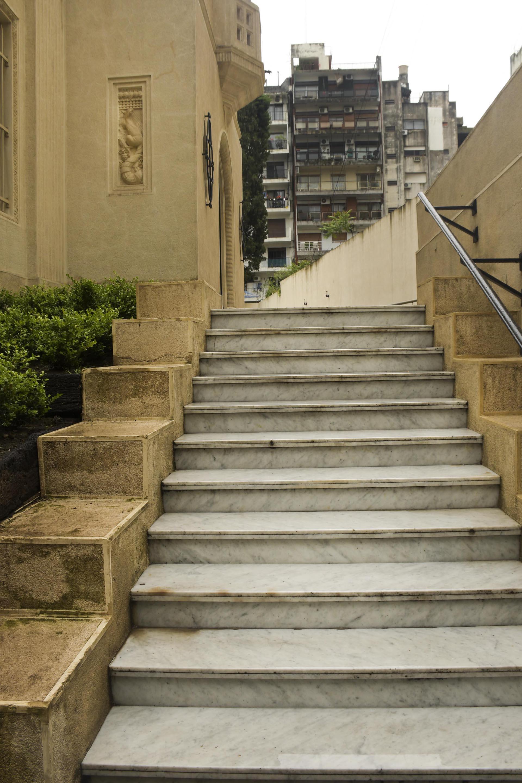 Escaleras de mármol que llevan al jardín interior de la casa