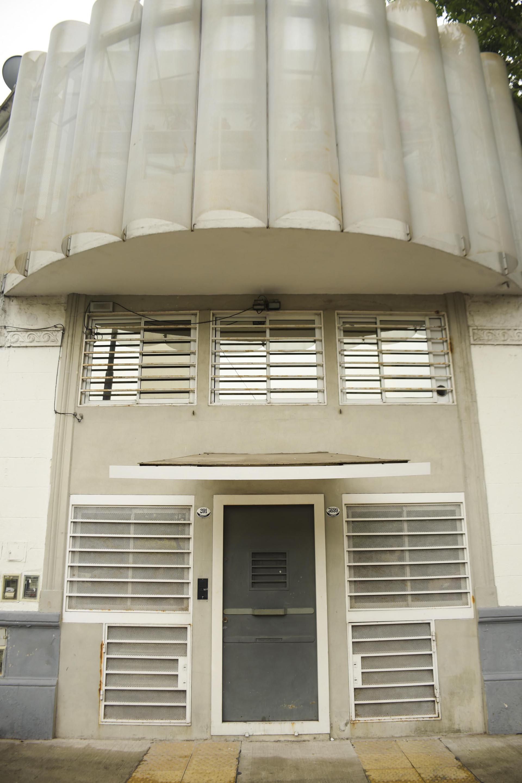 EL CAMARÍN (Chacarita). Este pequeño apartamento, producto residual de la fragmentación de una propiedad construida en la década del 50 en el barrio de Chacarita, configura una ochava en primer piso con visuales tan abiertas hacia el exterior como expuestas a la mirada curiosa desde la calle.
