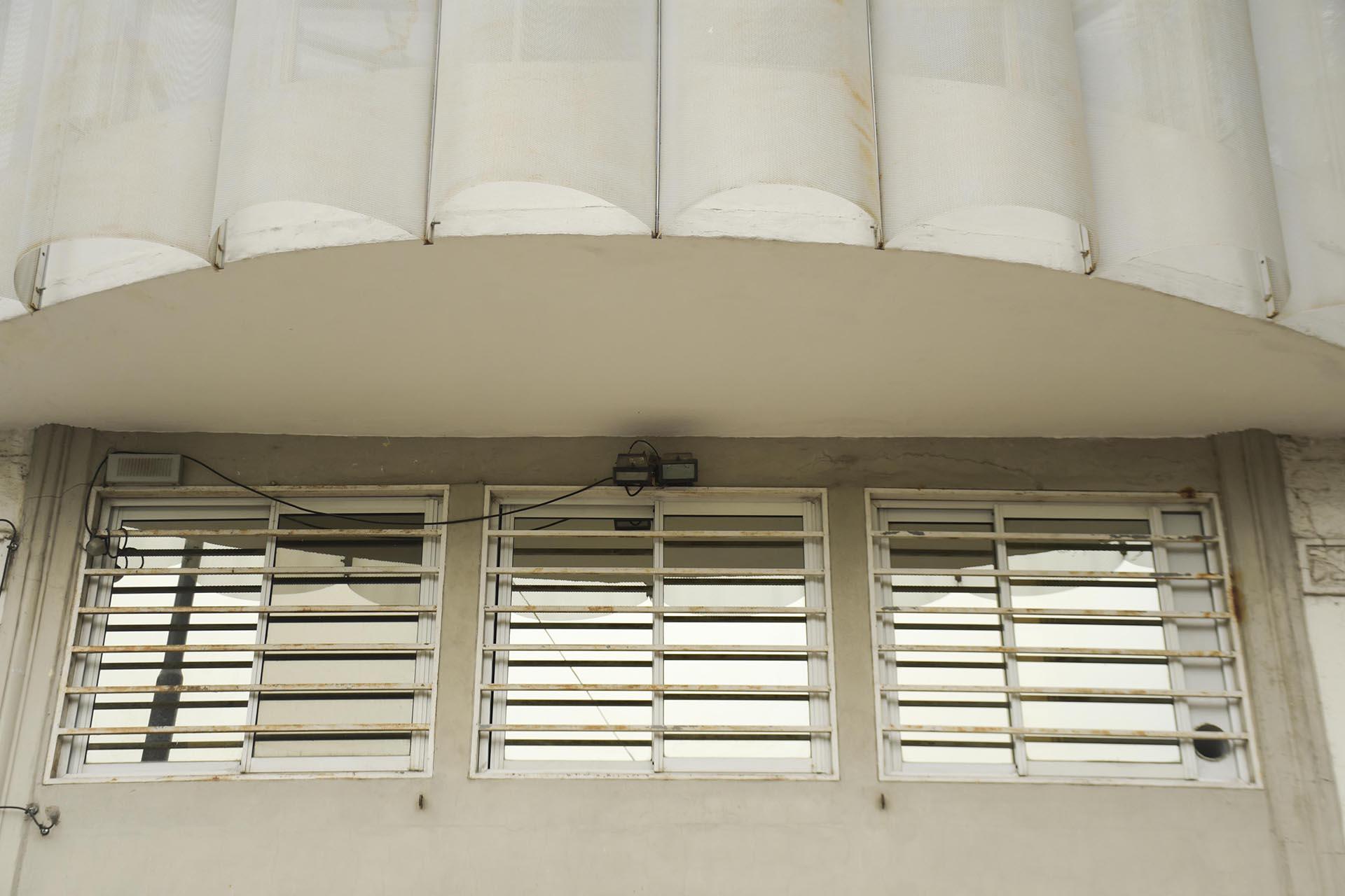 La incorporación de cerramientos espaciados ofrece un dispositivo nuevo, un diafragma capaz de expandir el uso del apartamento en verano y contraerlo en invierno, un colchón térmico que, por su geometría y textura, asumirá la responsabilidad de velar la intimidad del Camarín