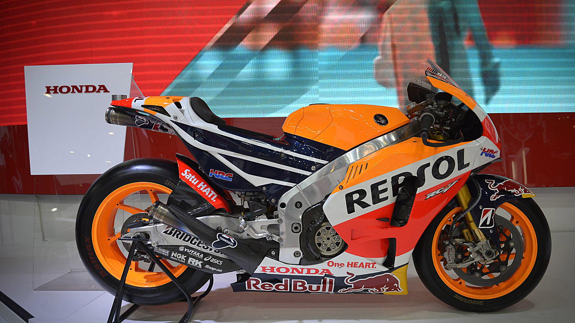 La RC213V con el número 93 pertenece al piloto español Marc Márquez, que acaba deproclamarse el último fin de semana campeón del mundo por séptima vez y por quinta ocasión en la categoría reina de MotoGP. Es uno de los modelos más destacados del stand de Honda