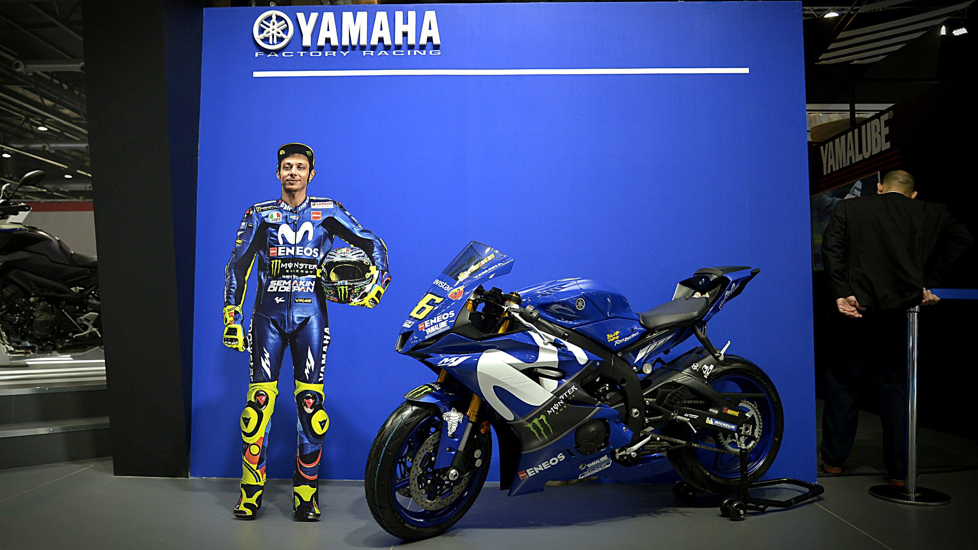 El piloto italiano Valentino Rossi escuda laYamaha YZR-M1, la moto de carrera con la que compite en el MotoGP