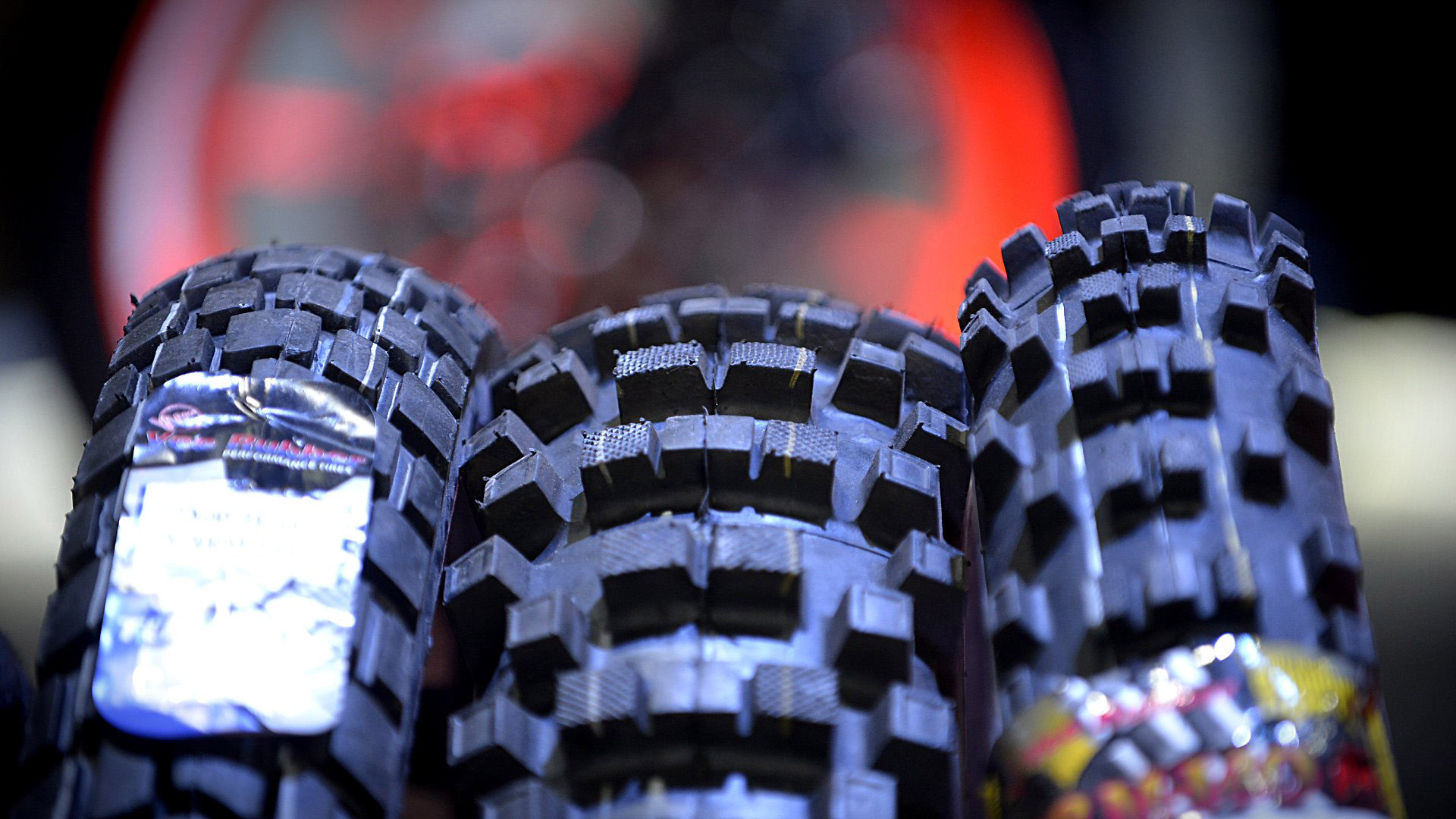 Además de los fabricantes de motos, participan empresas de rubros relacionados: hay tanto stands de seguridad vial como empresas de seguros y marcas de lubricantes, frenos, baterías, neumáticos, entre otros