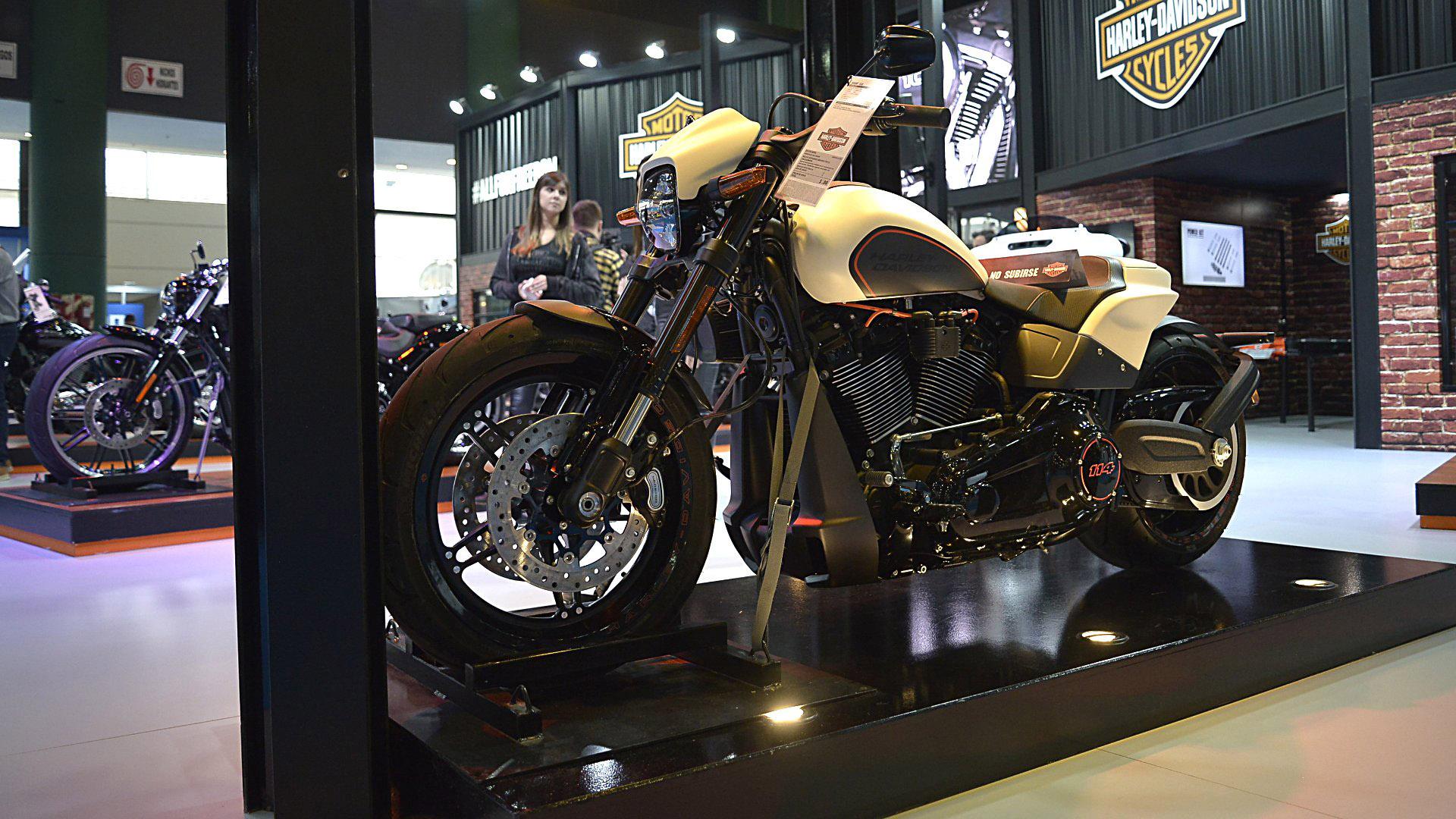 """Harley-Davidson, la marca estadounidense de culto """"motoquero"""", presentó una novedad absoluta para el mercado argentino. La FXDR 114 es, según la visión de la firma, """"todo un festín para los ojos con unas prestaciones y un carácter sin ataduras, rápida en las rectas, ágil en las curvas"""". Su cilindrada es de1868 cc"""