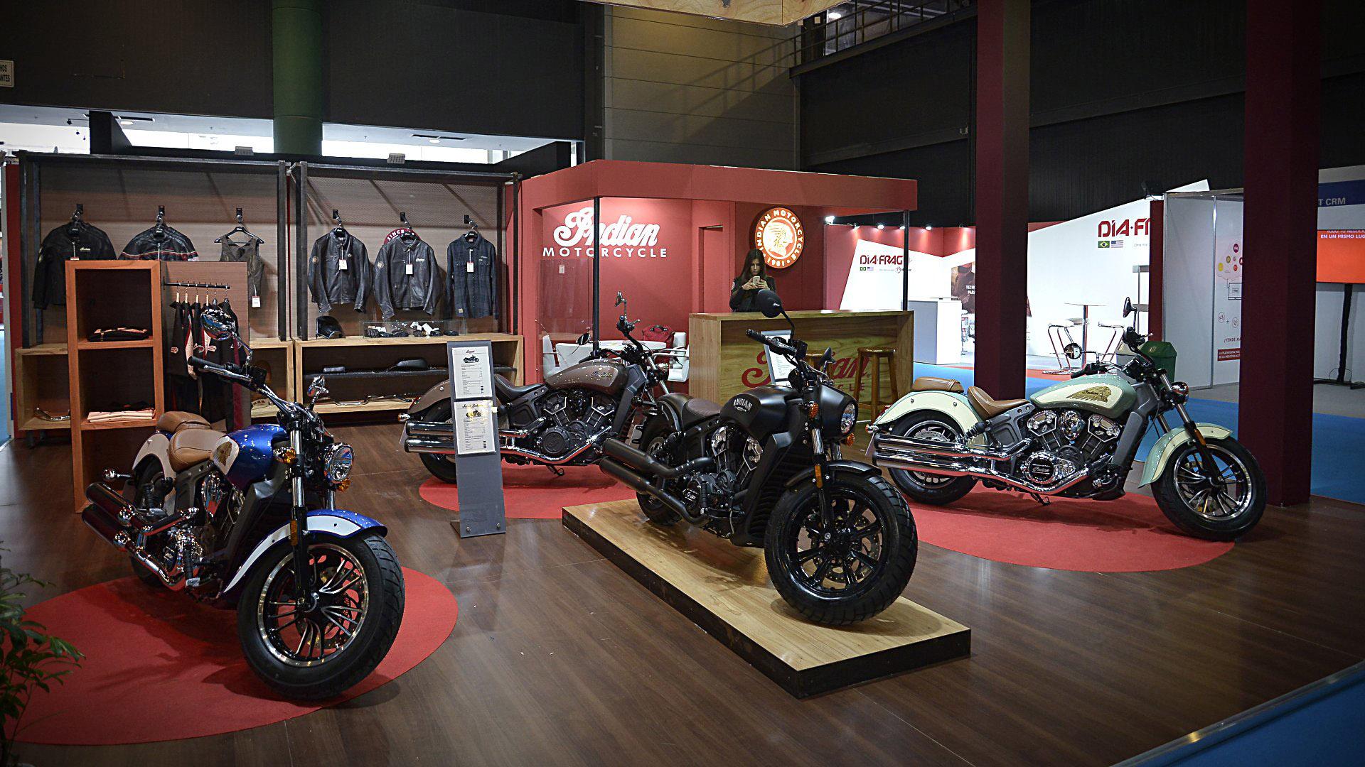 Las míticas motos Indian ocupan un stand en el Salón Moto consus modelos Scout Bobber y Sixty. Además venden merchandising relativo al culto de las motos