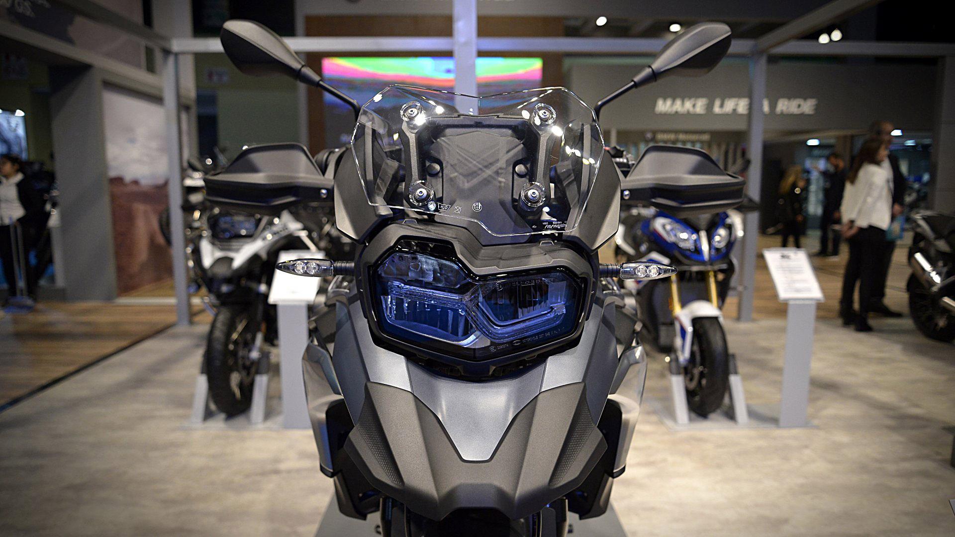 El públicoverá las diferentes familias de modelos de la marca: Adventure, Tour, Roadster, Sport y Heritage.Y podrá interiorizarse con expertos de la marca acerca de las características técnicas, de diseño y desempeño de las motocicletas en la exhibición
