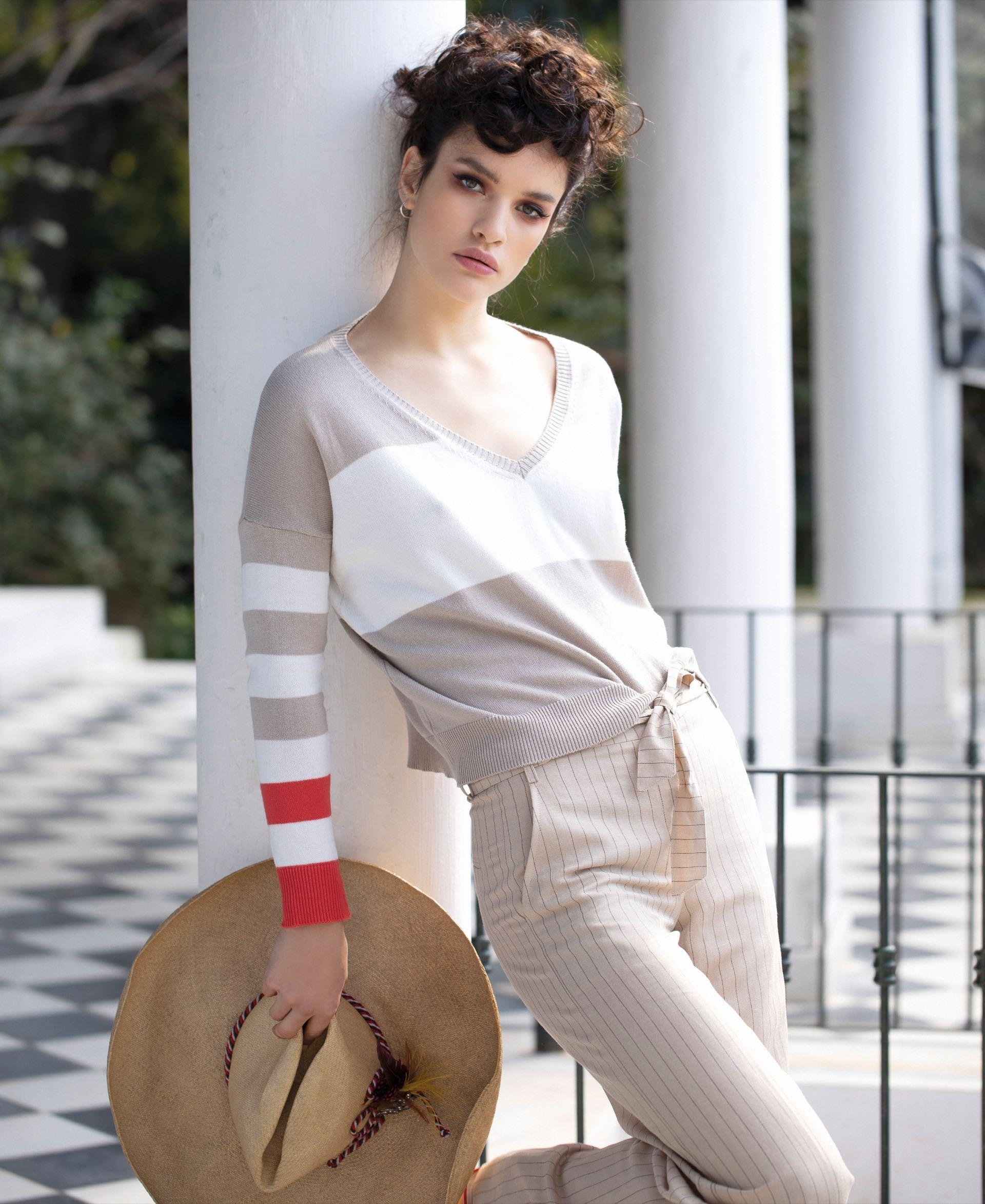 Suéter con escote en V ($ 2.290, Wanama) y pantalón a rayas con lazo ($ 5.200, Vitamina)