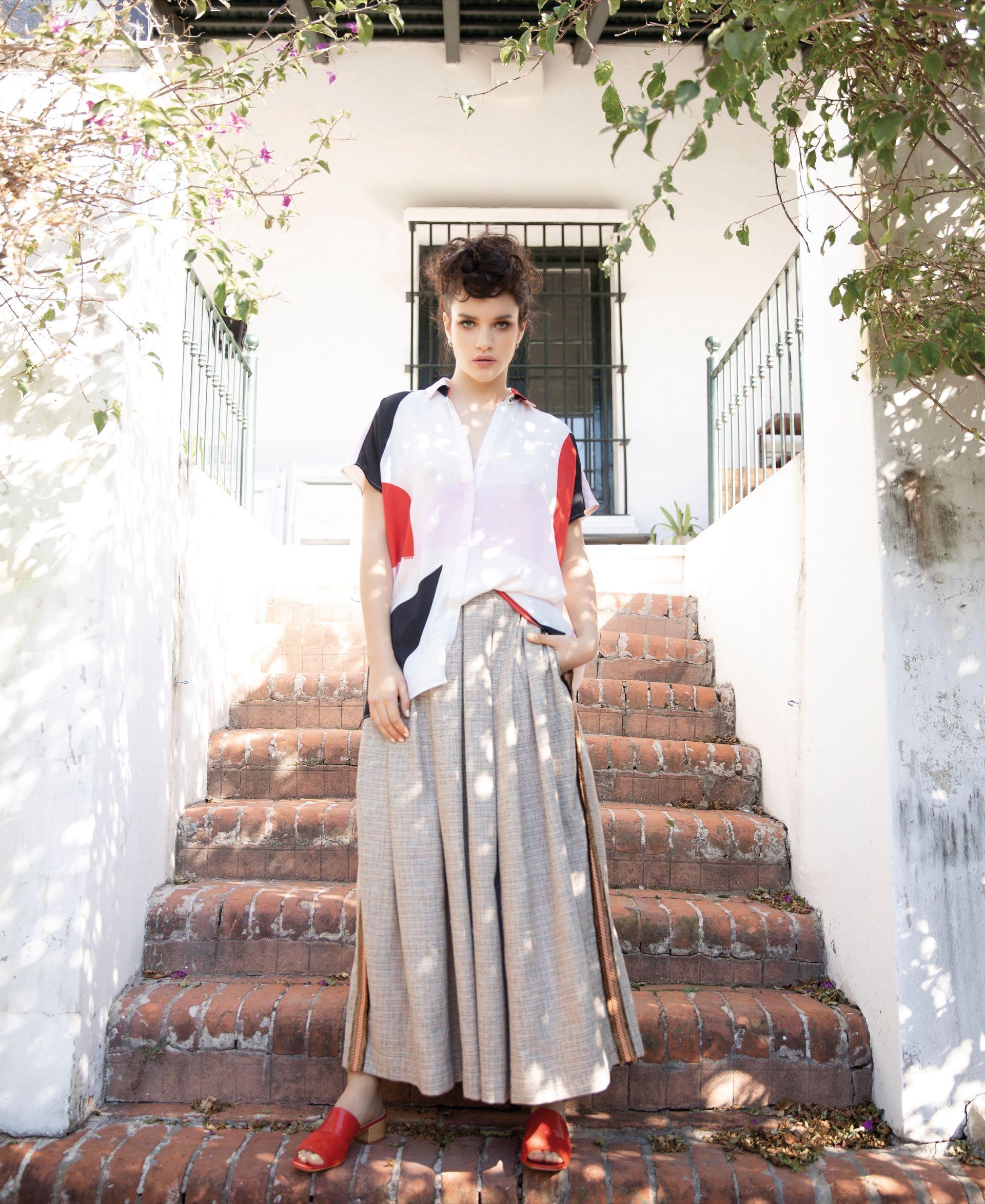 Camisa con estampa ($ 3.699, Melocotón), pantalón súper ancho ($ 5.200, Guevara Ocampo) y zuecos ($ 5.500, Vitamina).