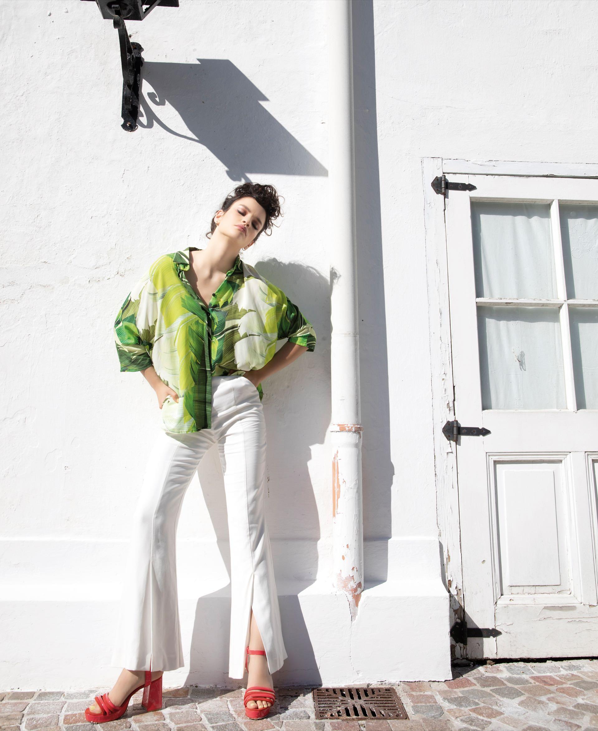 Camisa con estampa de hojas ($ 2.800, Benito Fernández), pantalón ancho($ 4.400, Vitamina) y sandalias con taco cuadrado ($ 5.500, Uma).