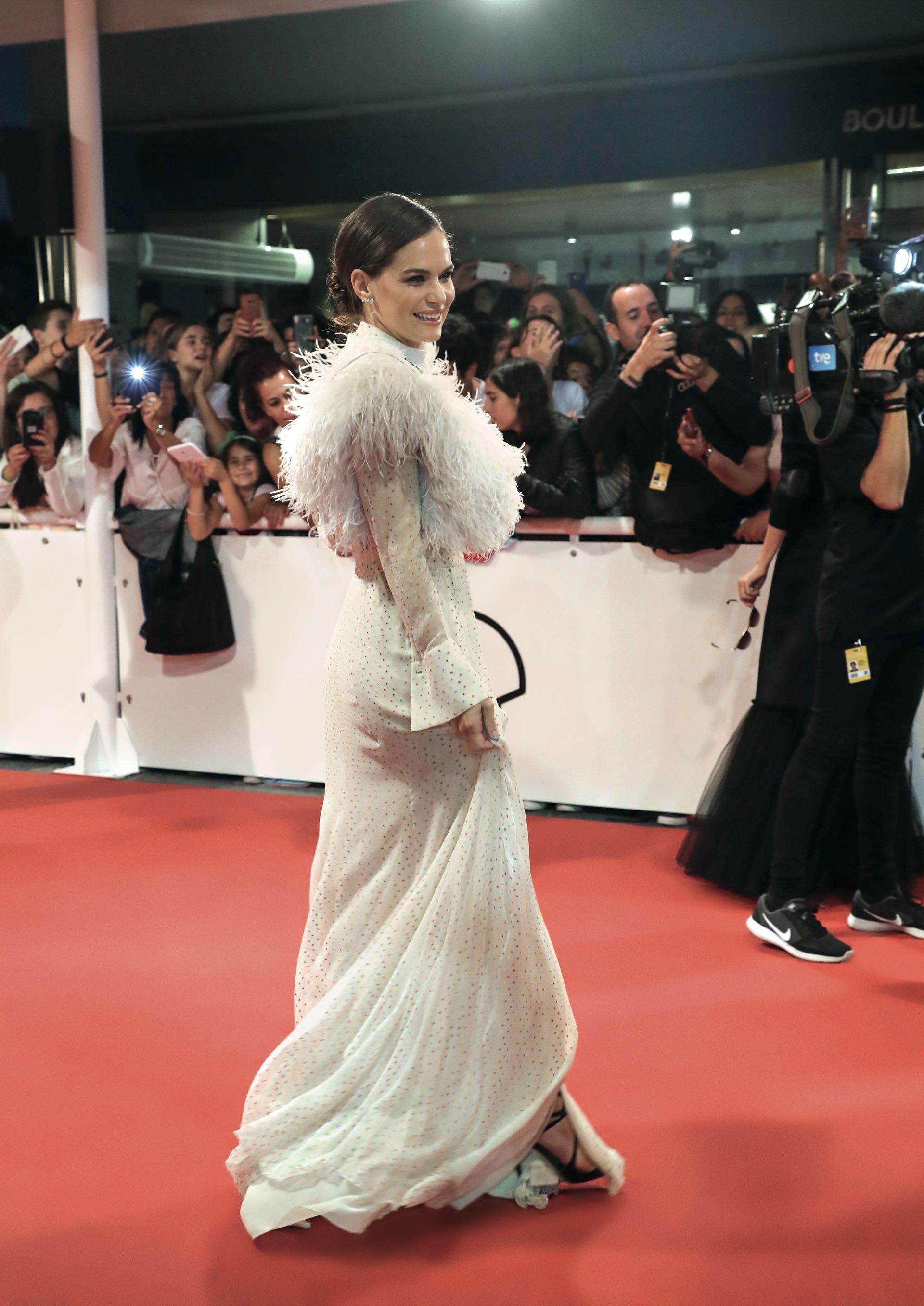 En la alfombra roja de la gala de clausura del Festival de San Sebastián Luz lució un vestido de la diseñadora española Teresa Helbig y zapatos Jimmy Choo.