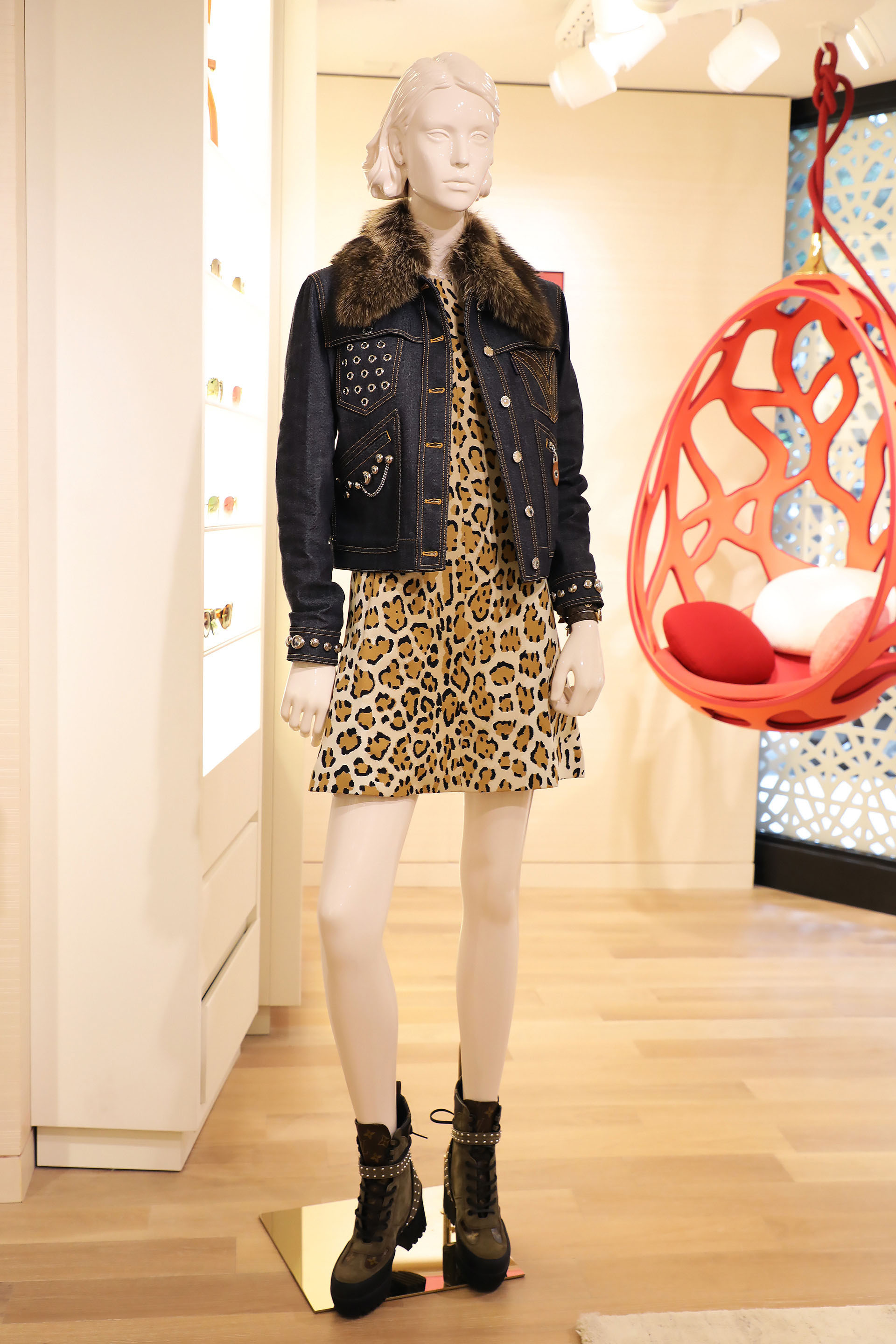 Vestido line dress animal print $57.000 con campera Studded jacket $118.000