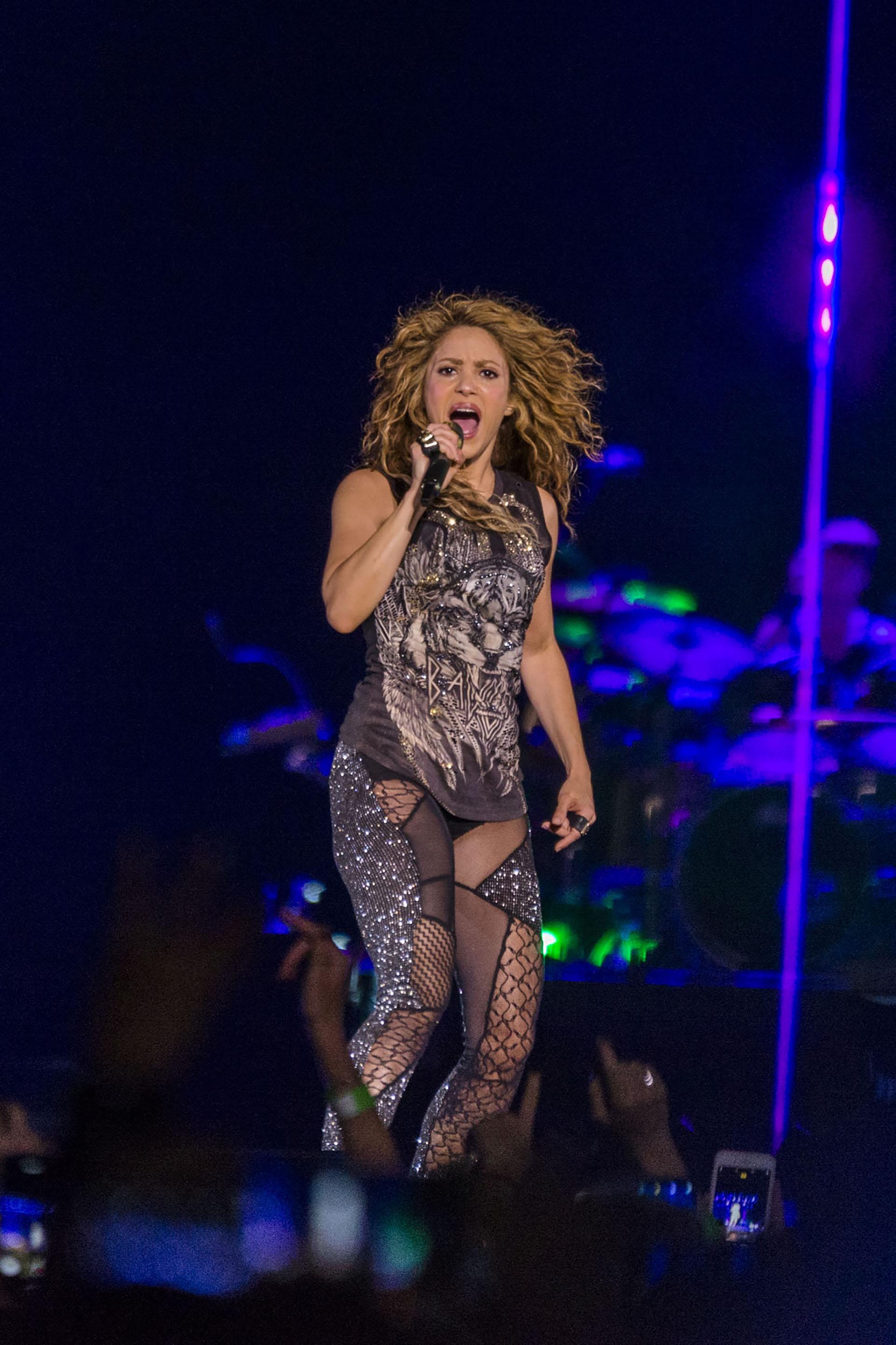 Shakira cantó ante un estadio repleto de seguidores el jueves por la noche. Fiel a su estilo, lució muy sexy sobre el escenario: una musculosa y unas calzas transparentes (Julieta Ferrario / Teleshow)