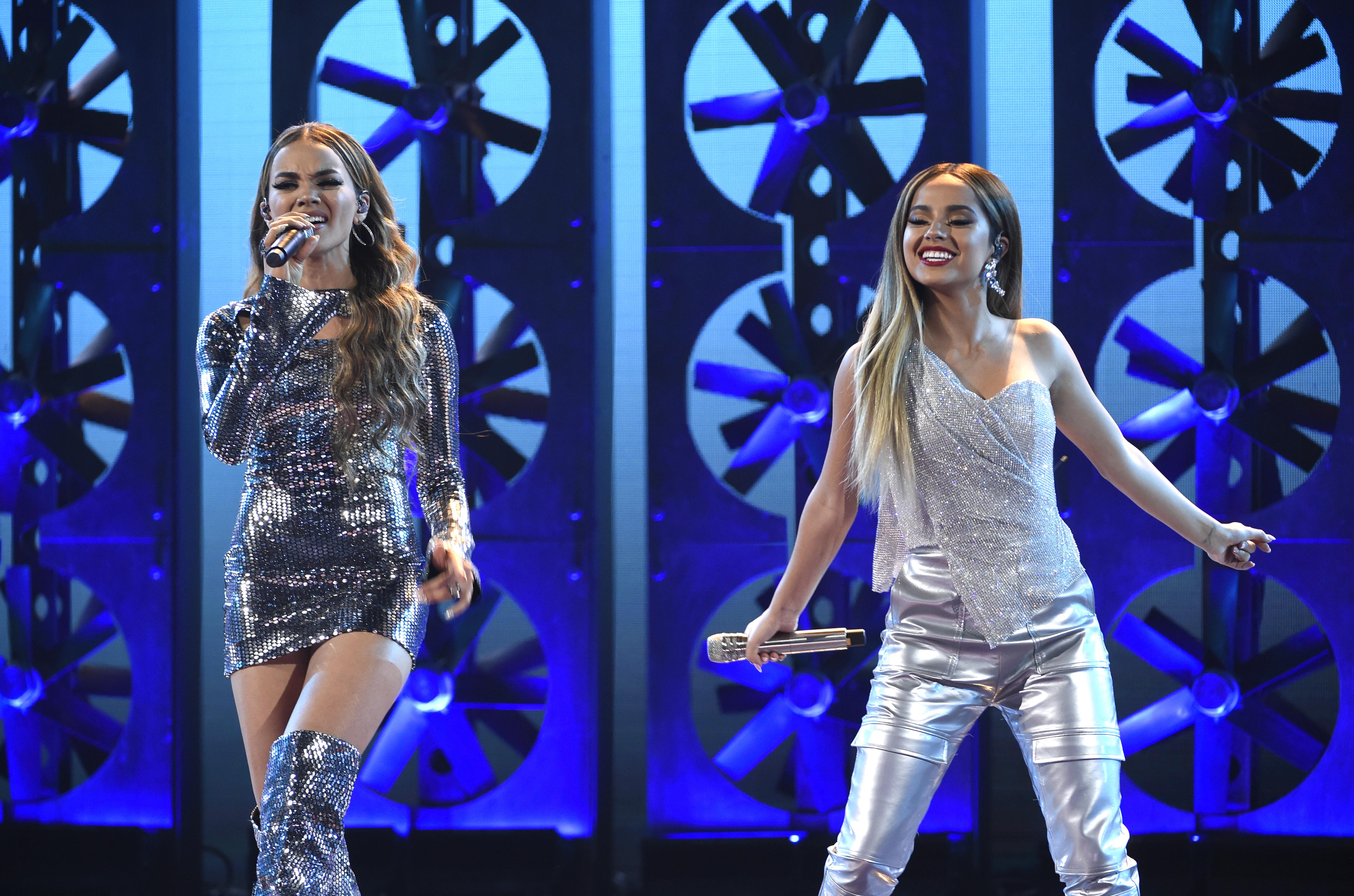 """Leslie Grace y Becky G cantaron """"Diganle"""". (Chris Pizzello/Invision/AP))"""