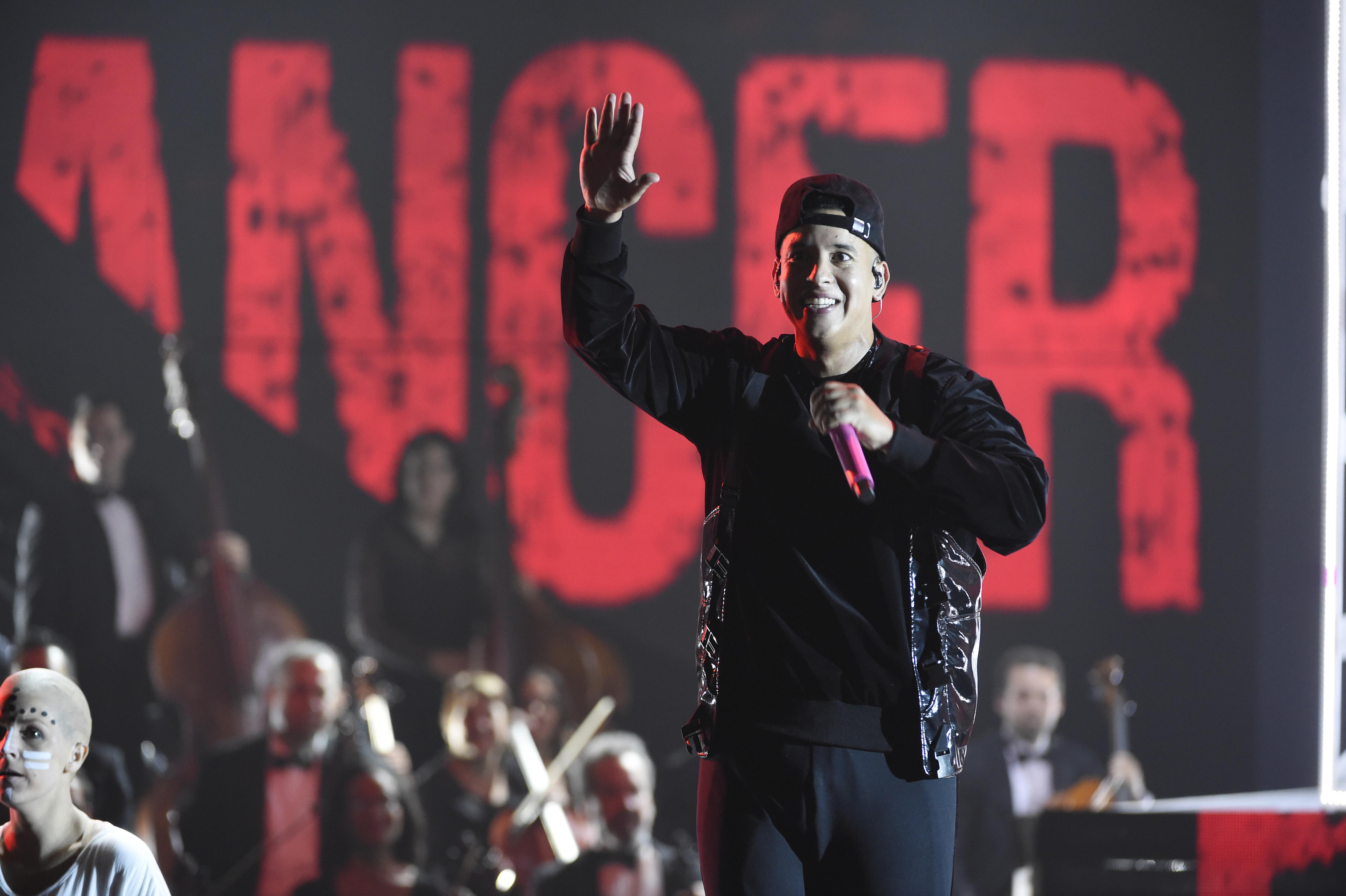 "Daddy Yankee canta ""Yo Contra Ti"" (Chris Pizzello/Invision/AP)"