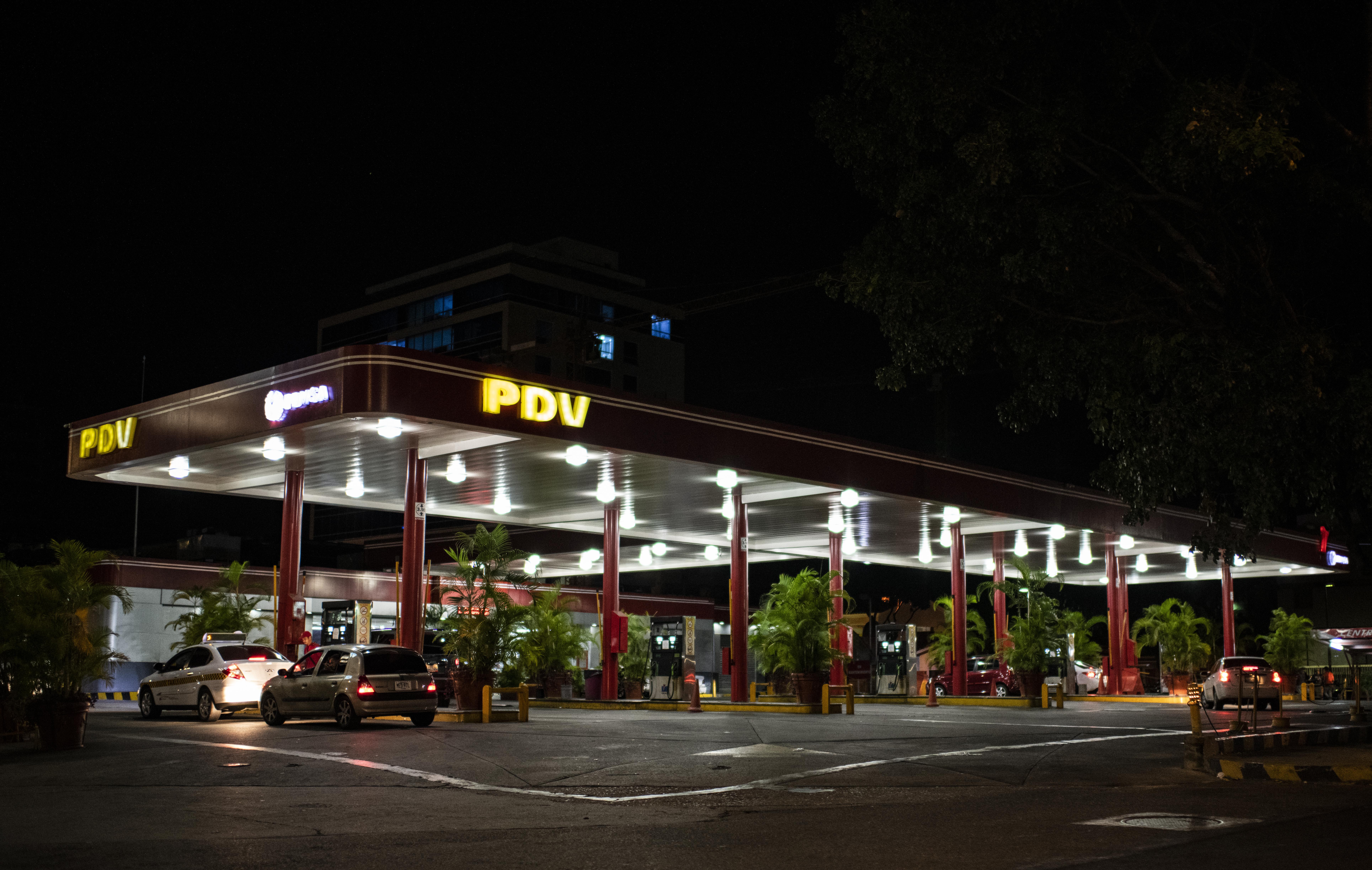 Una gasolinera en el distrito de Las Mercedes (RONALDO SCHEMIDT / AFP)
