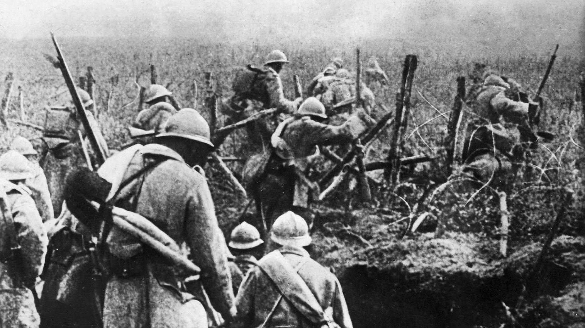 Se cumplieron cien años del fin de la Primera Guerra Mundial, un conflicto que marcó el destino de Occidente y del mundo. En la foto, tomada en1916, soldados franceses salen de su trincheraen la batalla de Verdún. Foto: AFP.