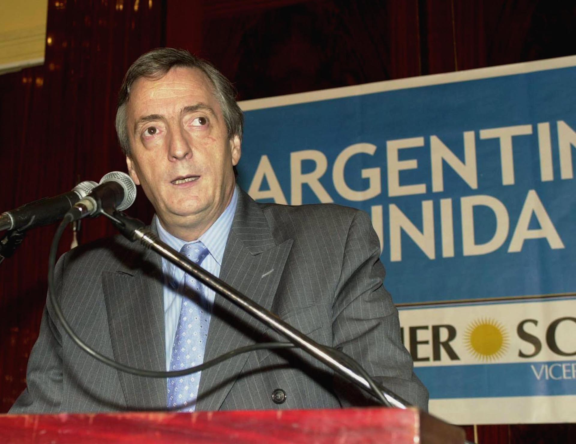 Elecciones presidenciales 2003: Kirchner habla ante la prensa luego de conocerse la renuncia del ex candidato Carlos Menem