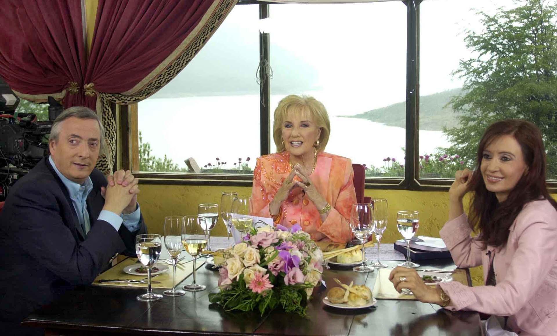 El presidente Néstor Kirchner y su esposa Cristina Fernández comparten el almuerzo con Mirtha Legrand en El Calafate, Santa Cruz.