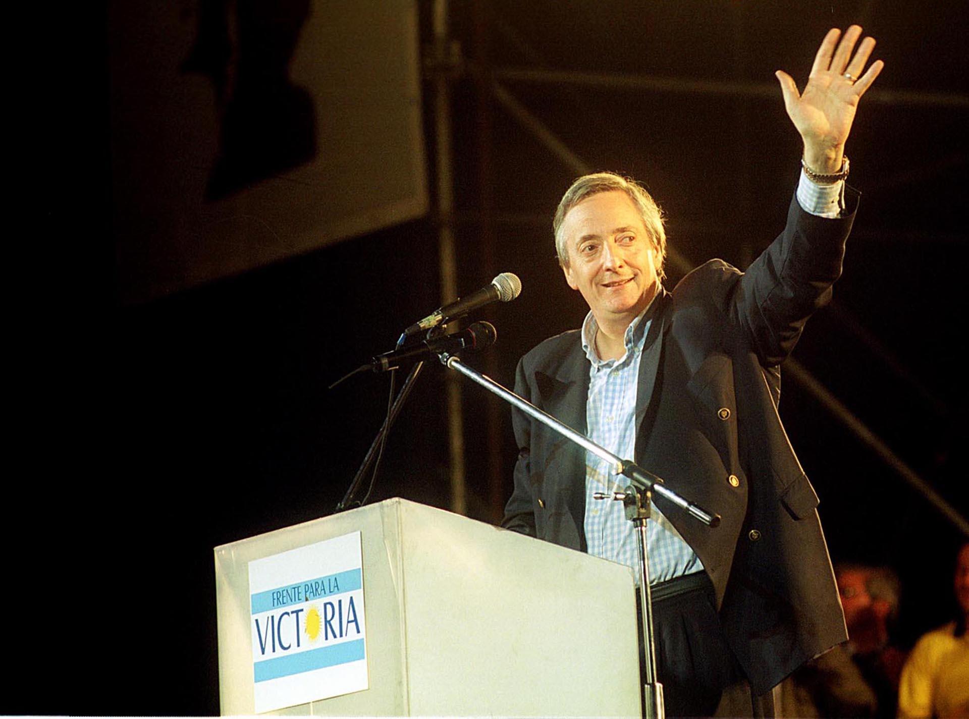 El candidato a presidente por el Frente para la Victoria, Néstor Kirchner, durante el acto realizado esta noche en el Mercado Central