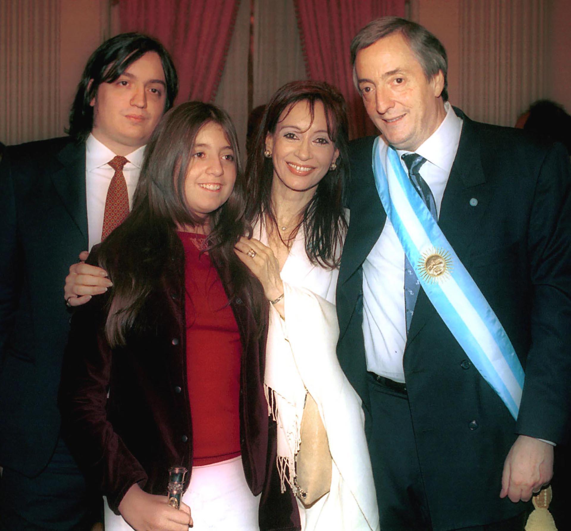 El presidente Néstor Kirchner junto a su esposa Cristina y sus hijos, Florencia y Máximo, posan en el Congreso luego de realizarse la ceremonia de jura del primer mandatario