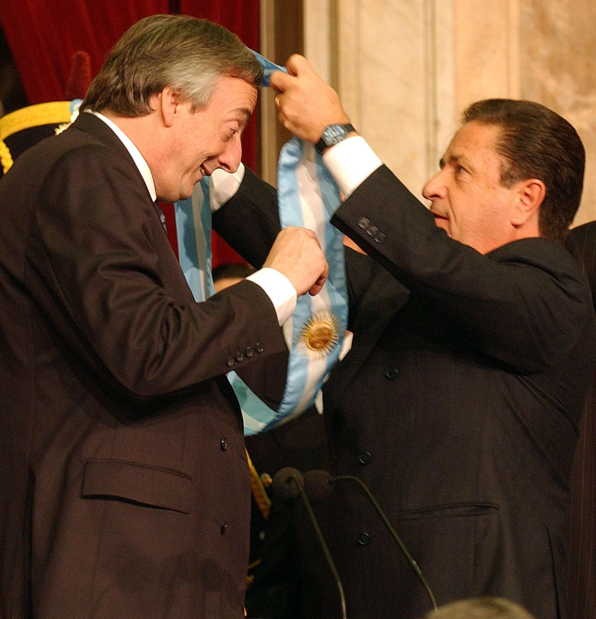 El presidente Néstor Kirchner recibe la banda presidencial de manos de Eduardo Duhalde frente a la asamblea legislativa