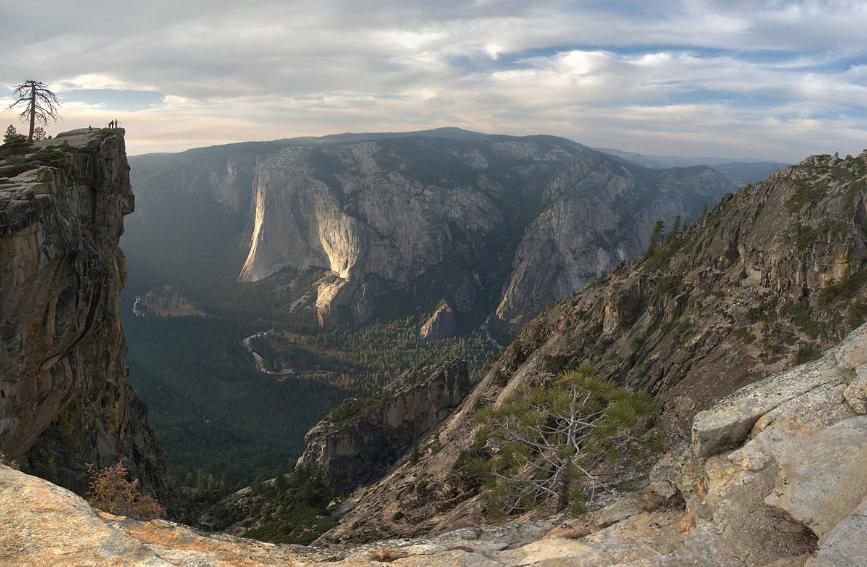 Una vista de Taft Point con parte del resto de Yosemite al fondo