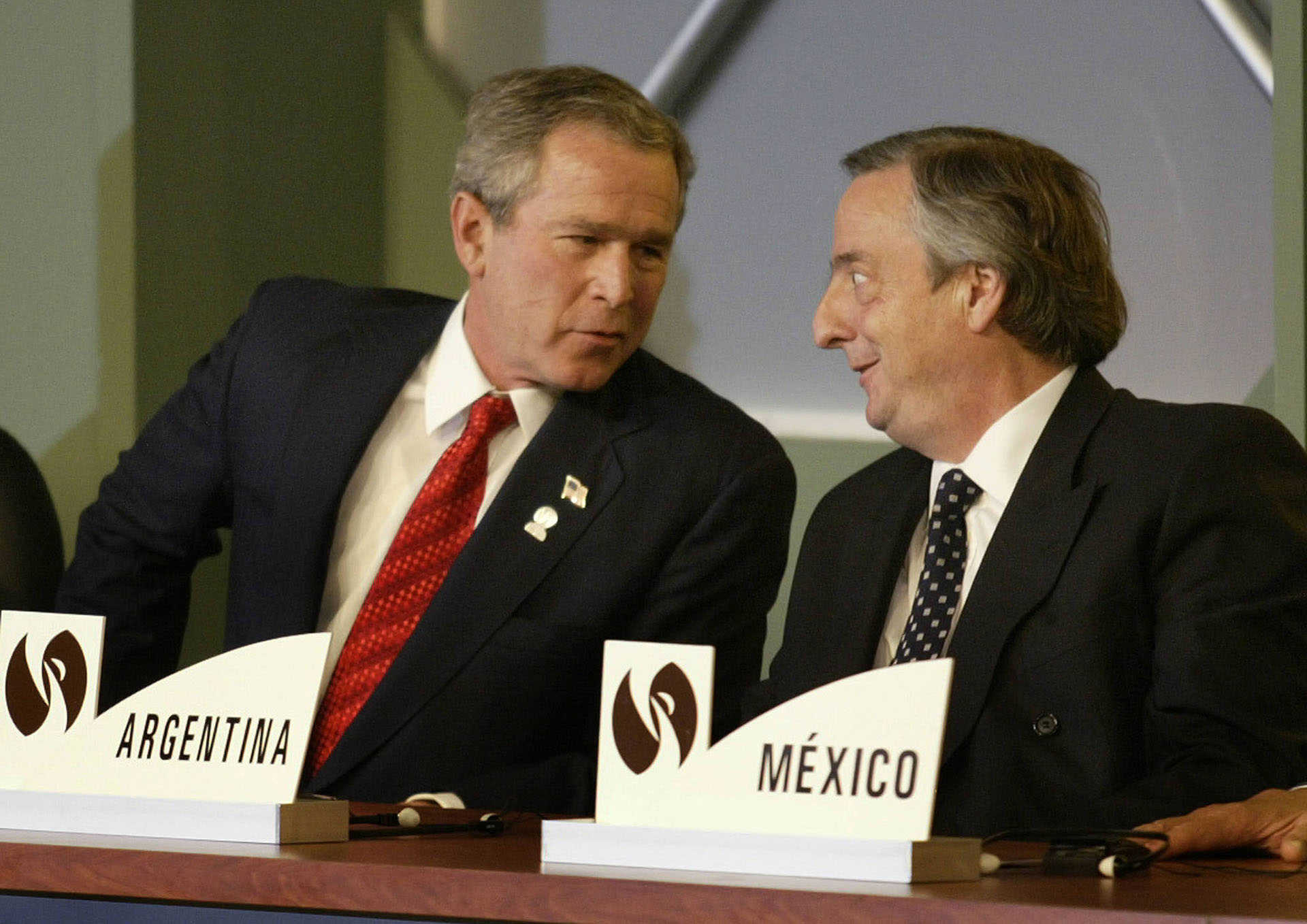 El presidente de los Estados Unidos, George W. Bush, habla con el presidente de Argentina, Nestor Kirchner, en la ceremonia de inauguración de la Cumbre Extraordinaria de las Américas, en 2004