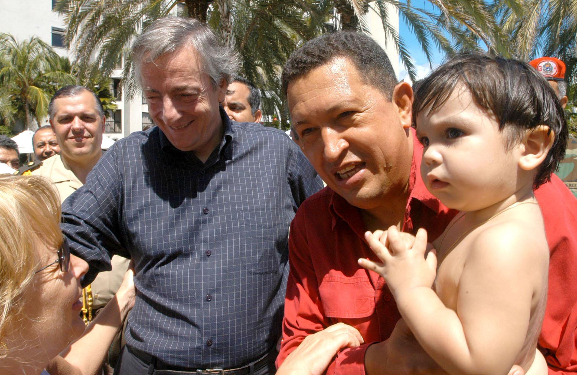 El presidente Néstor Kirchner junto al su par venezolano, Hugo Chávez, durante una visita a Venezuela