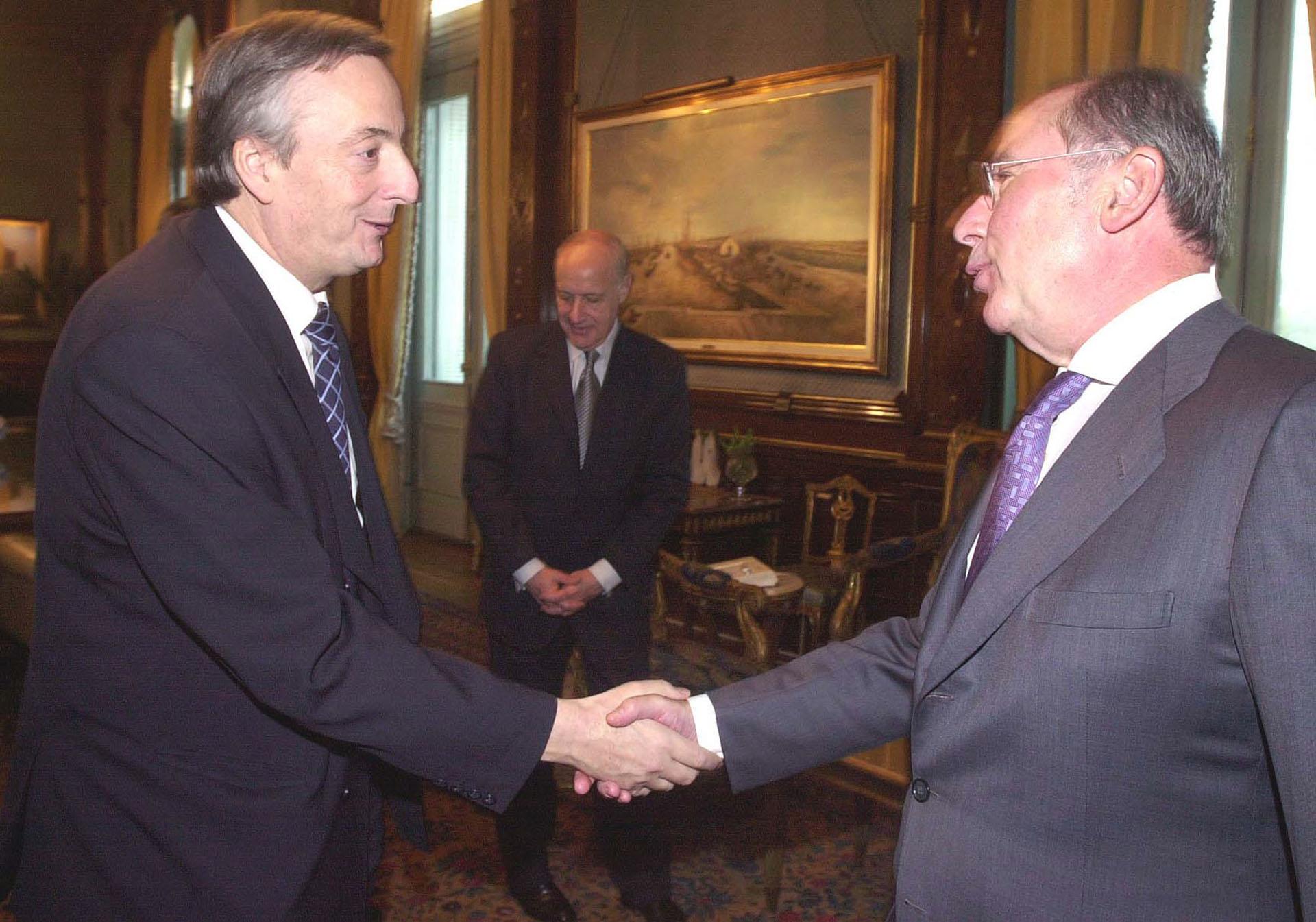 El presidente Néstor Kirchner saluda al Director Gerente del Fondo Monetario Internacional, Rodrigo de Rato, en su despacho de Casa de Gobierno