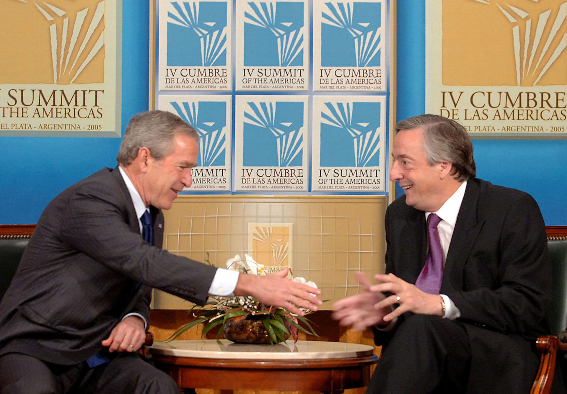 El presidente Néstor Kirchner junto a su par de Estados Unidos, George W. Bush, durante la reunión previa a la inauguración de la IV Cumbre de las Américas
