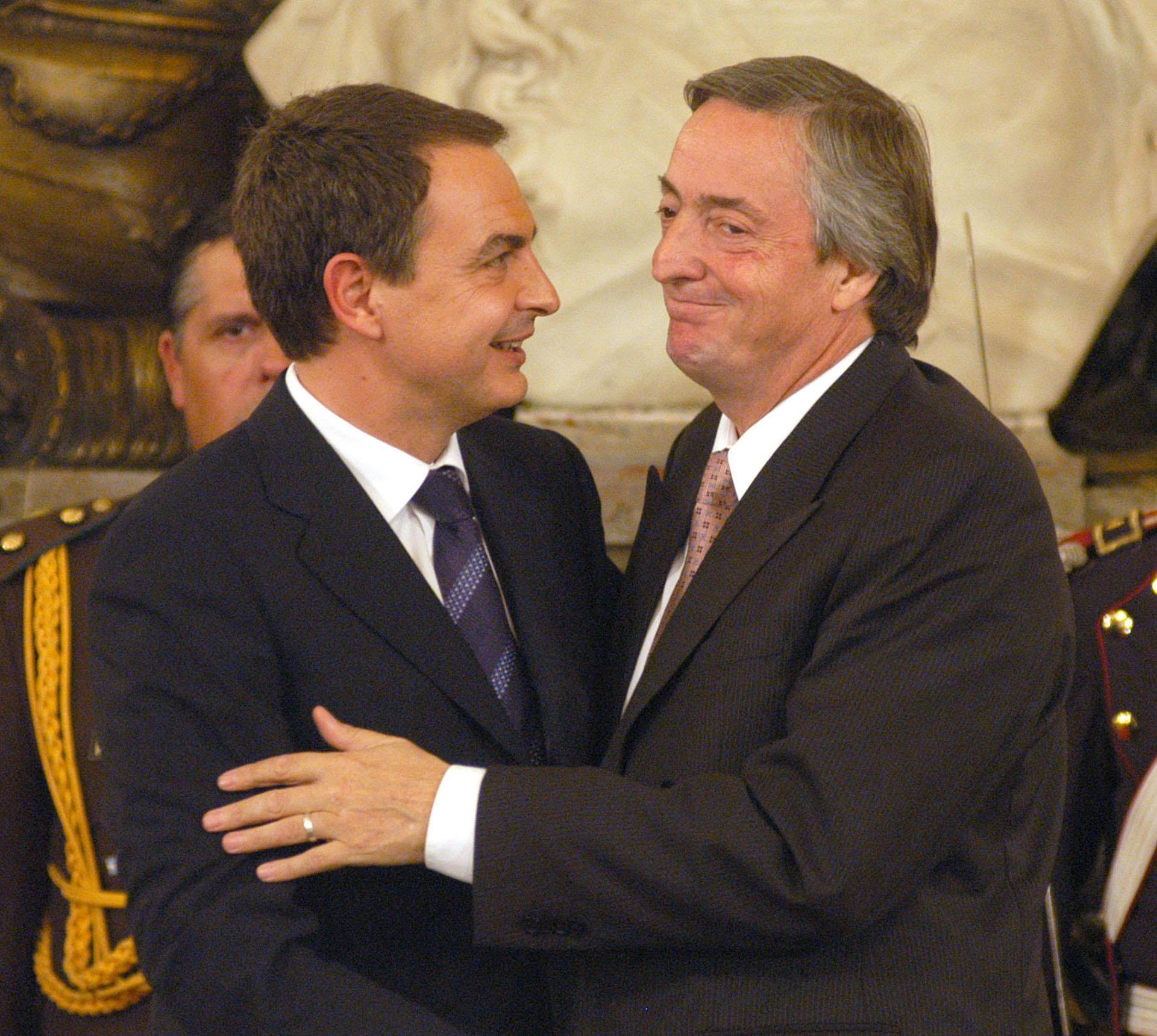 El presidente Néstor Kirchner junto a su par de España, José Luis Rodríguez Zapatero, durante la ceremonia realizada en el Salón Blanco de Casa de Gobierno