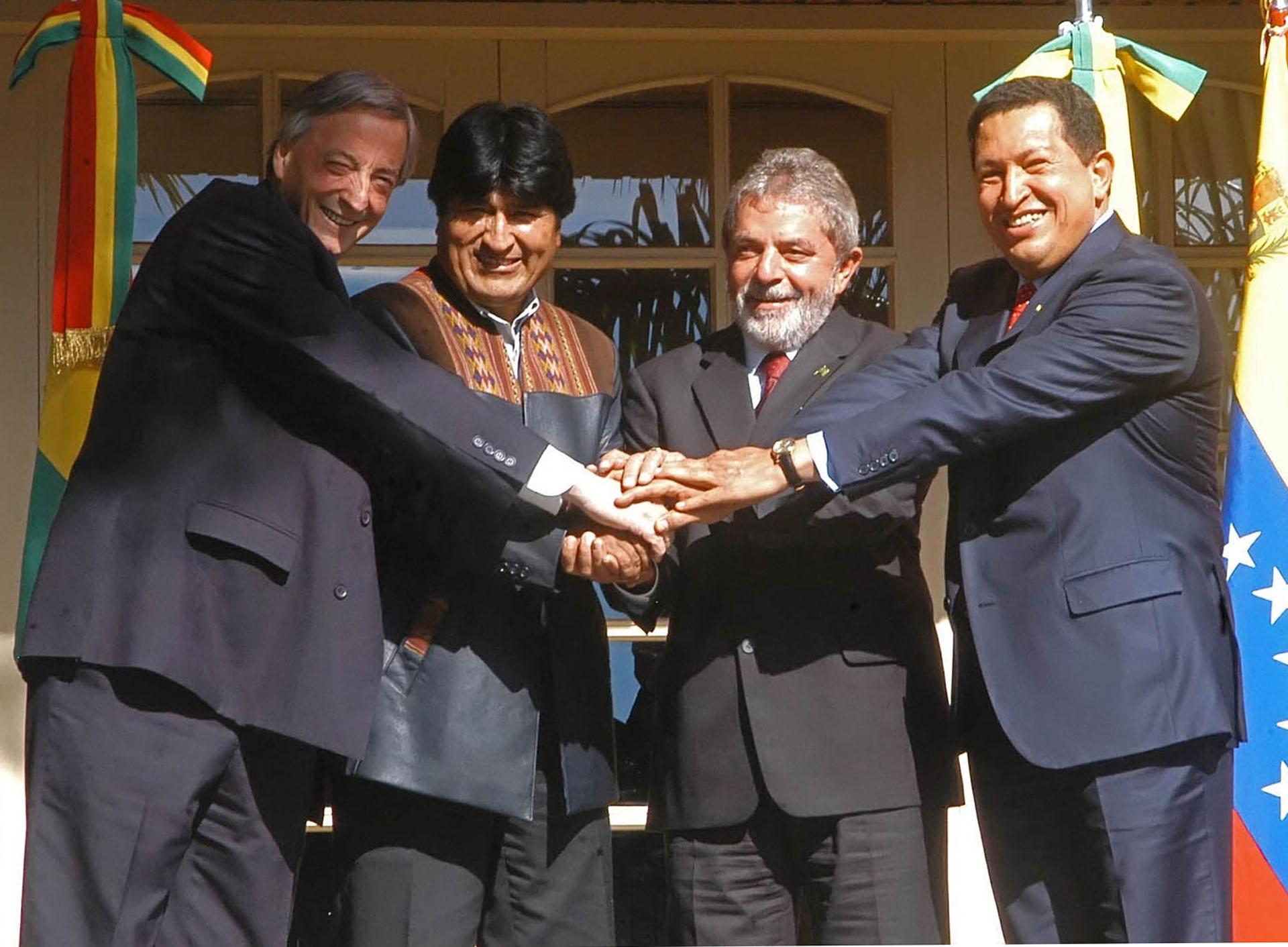 Los presidentes Néstor Kirchner junto a su par de Bolivia, Evo Morales, su par brasileño, Luis Inacio Da Silva, y su par venezolano, Hugo Chávez, posan para la foto oficial de la Cumbre de los Presidentes