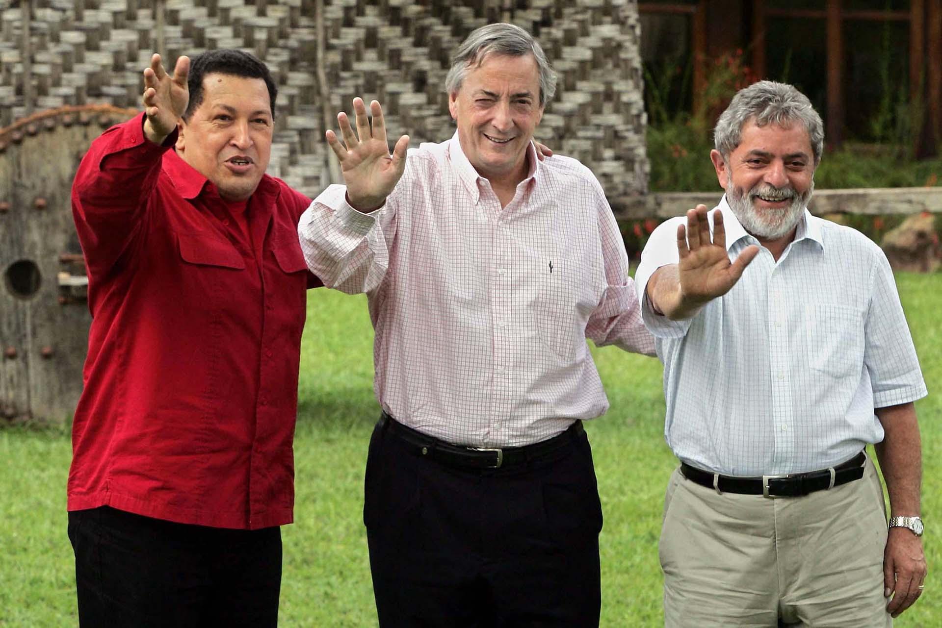 El presidente Néstor Kirchner junto a su par venezolano, Hugo Chávez (izquierda) y su par brasileño, Lula Da Silva (derecha) durante un encuentro en Brasilia, en 2006.