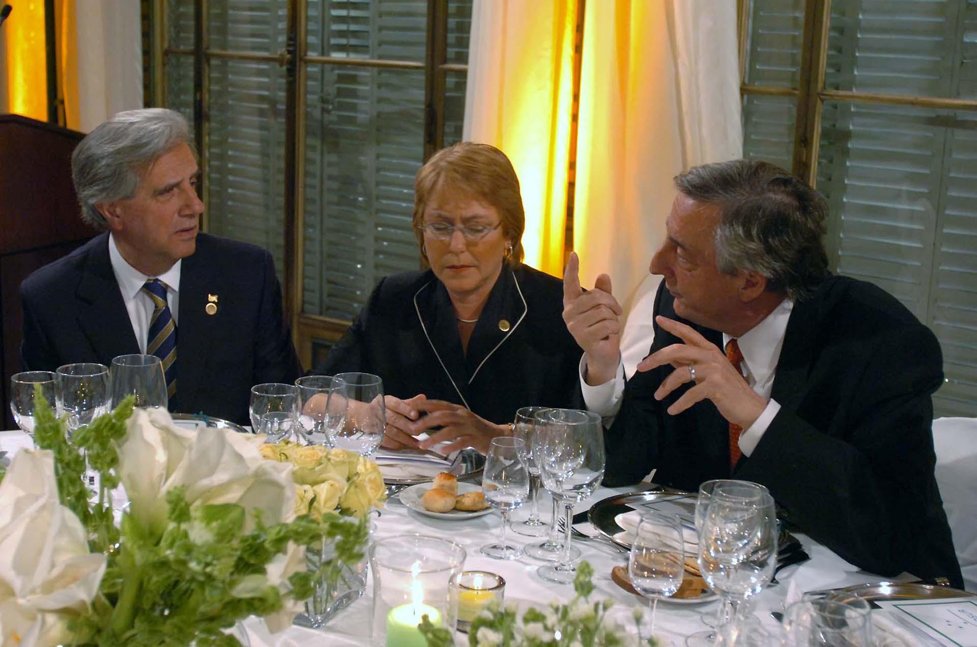 El presidente Néstor Kirchner conversa con su par uruguayo, Tabaré Vázquez, y con la presidenta de Chile, Michelle Bachelet, en el marco de la Cumbre del Mercosur.
