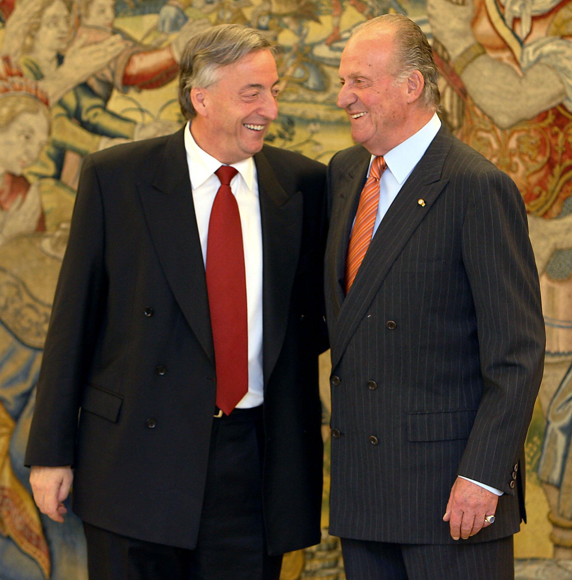 El rey Juan Carlos (R) de España y el presidente Néstor Kirchner disfrutan de una broma a su llegada al Palacio de la Zarzuela en Madrid, el 21 de junio de 2006.