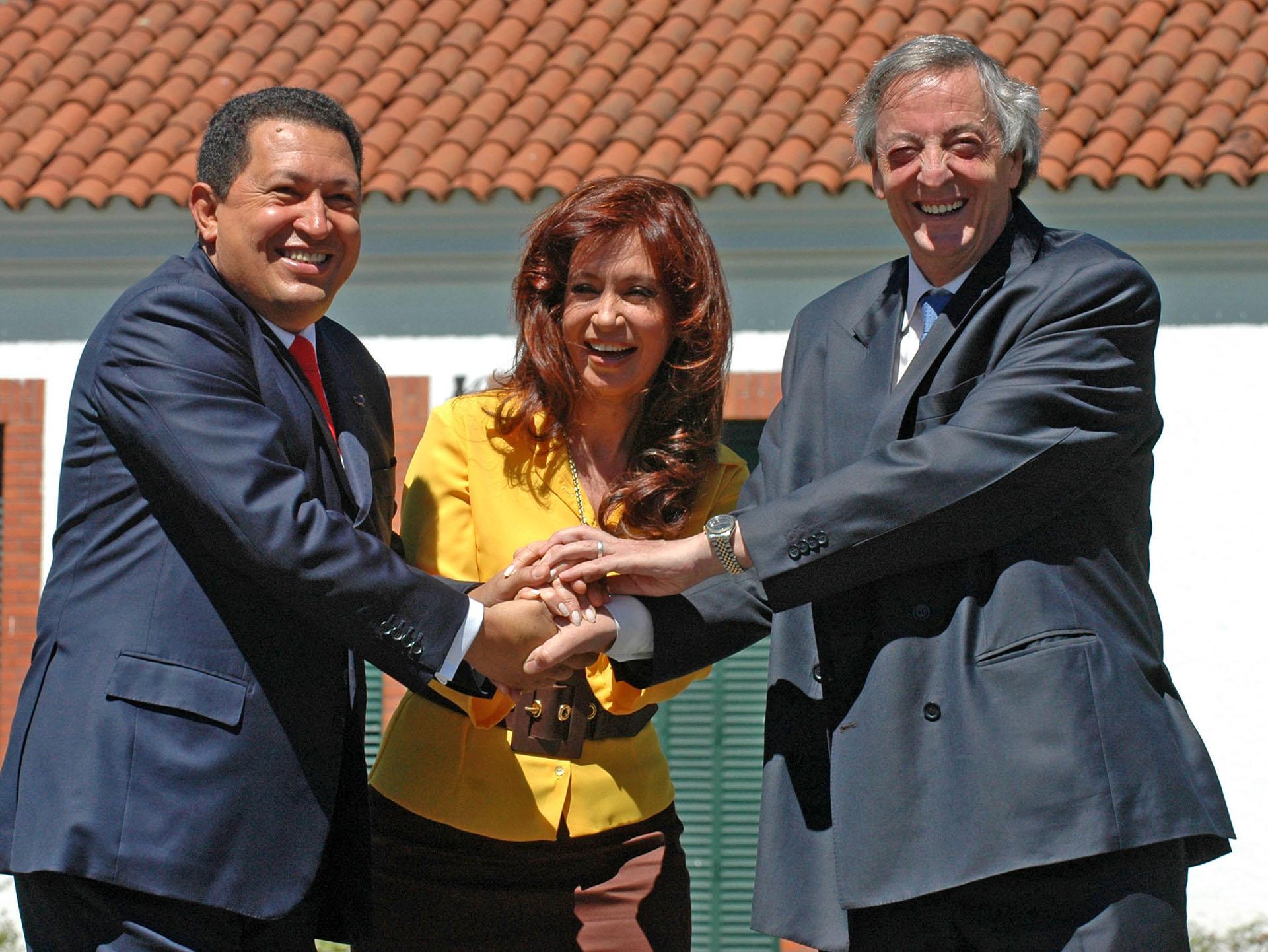 El presidenteNéstor Kirchner junto a su esposa, Cristina, recibiendo en la residencia de Olivos al presidente de Venezuela, Hugo Chávez