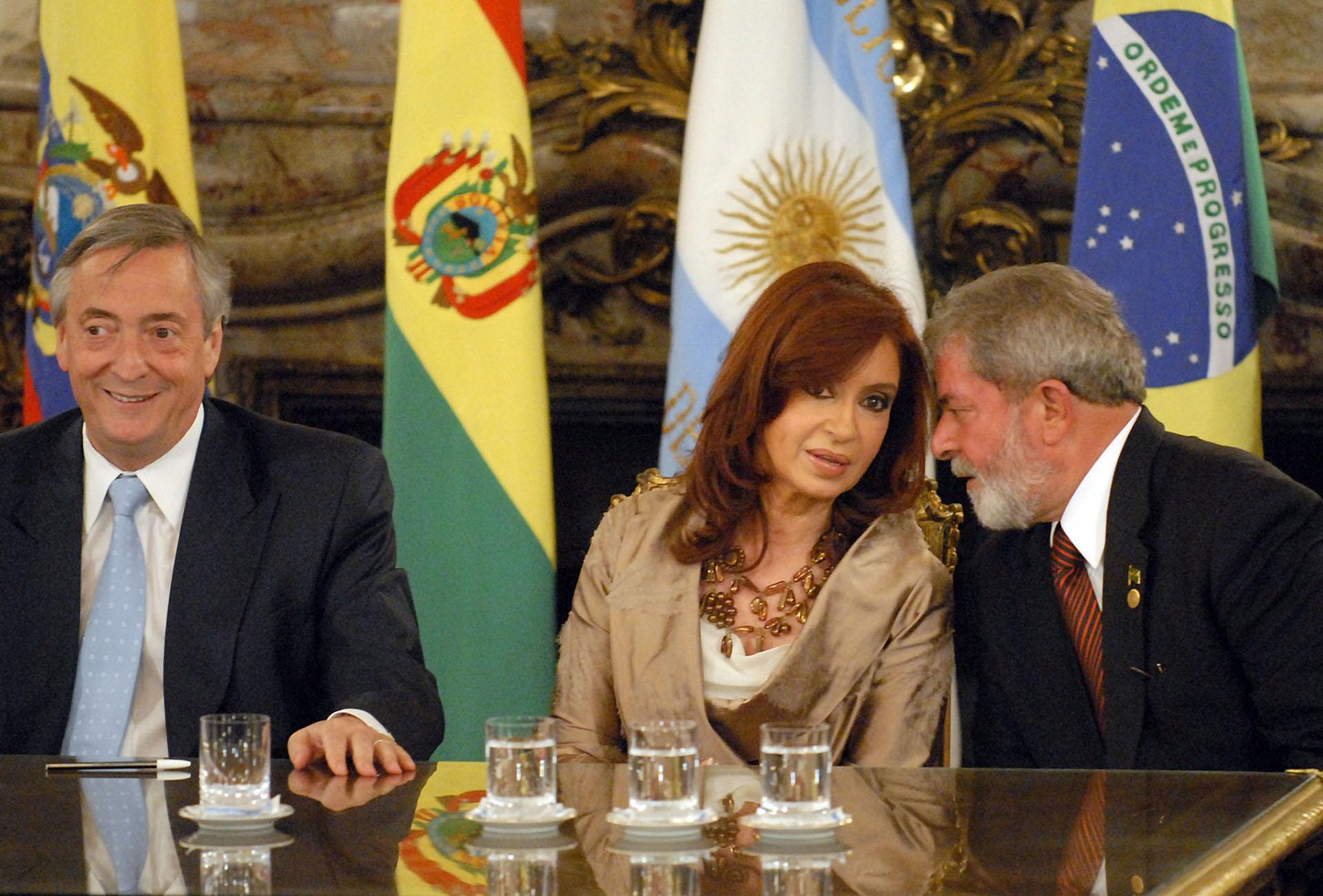 El presidente Néstor Kirchner, su esposa y presidenta electa Cristina y el presidente de Brasil, Lula Da Silva, durante la firma del acta constitutiva del Banco del Sur.