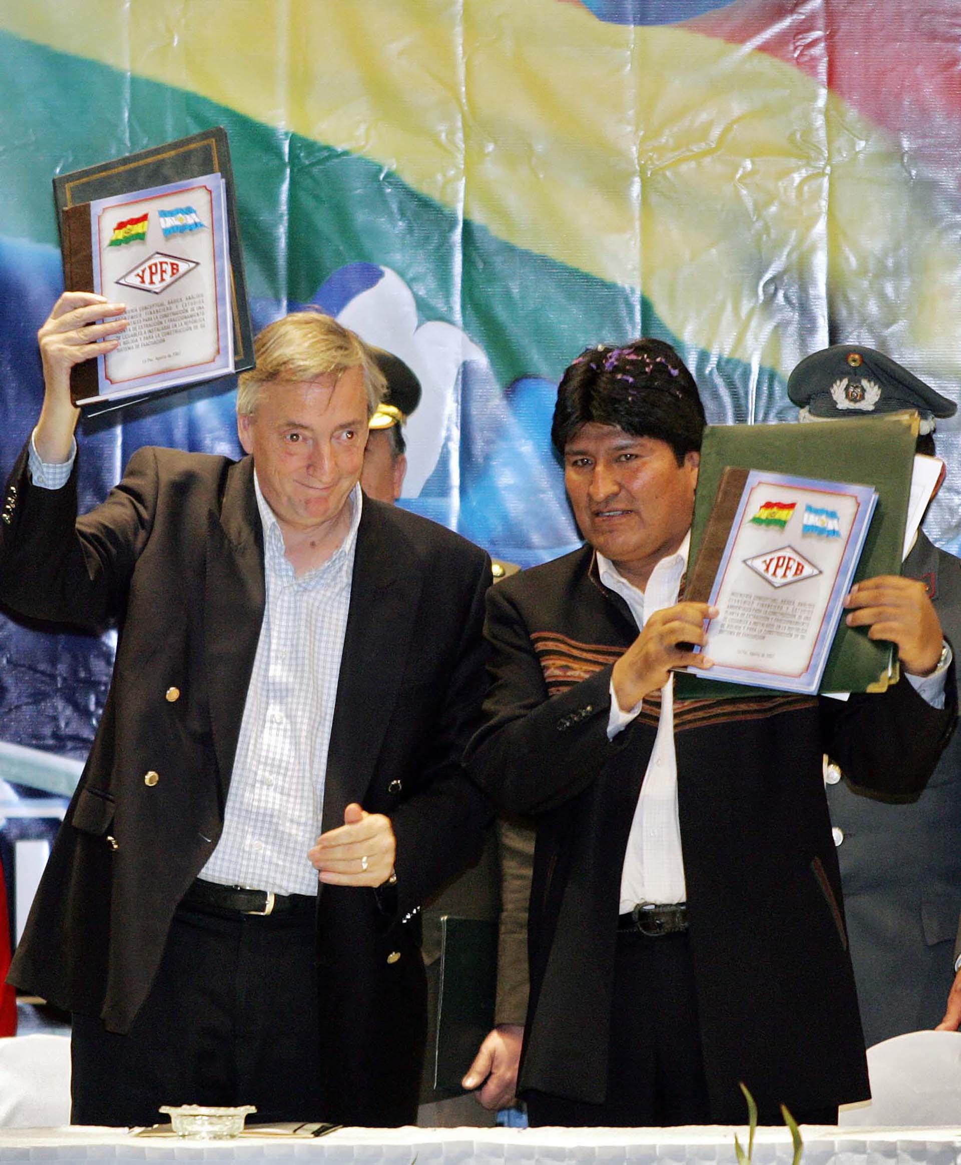 El presidentes de Bolivia, Evo Morales y Néstor Kirchner muestran los acuerdos para la integración energética en el marco de la OPEGASUR (Organización de Países Productores y Exportadores de Gas de América del Sur) después de la ceremonia de firma, 10 de agosto de 2007 en Tarija, sur de Bolivia.