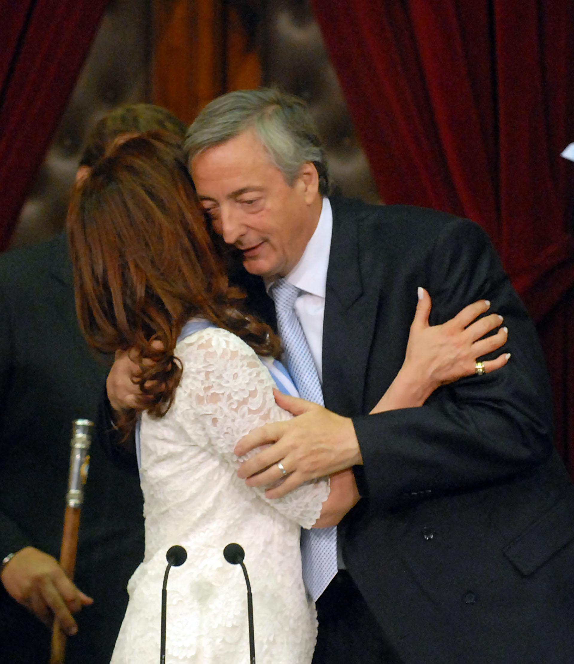Cristina Fernández de Kirchner abraza a su esposo y presidente saliente, Néstor Kirchner luego de jurar al frente de la Asamblea Legislativa en el Congreso de la Nación y asumir como la nueva presidenta argentina.