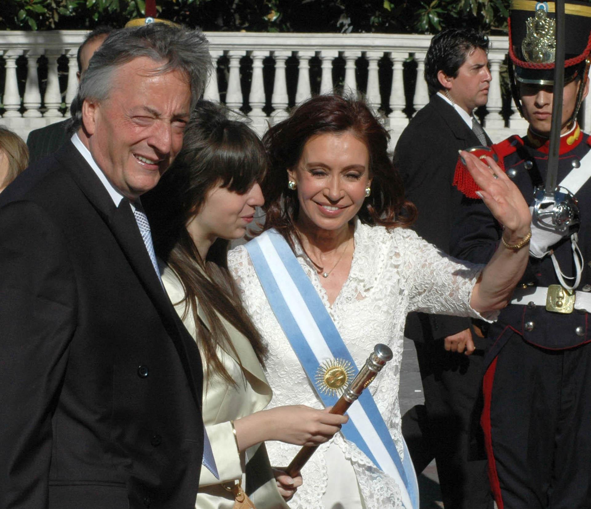 La presidenta Cristina Fernández de Kirchner, ingresa a Casa de Gobierno luego de su jura en el Congreso junto a su hija Florencia y al ex presidente, Néstor Kirchner