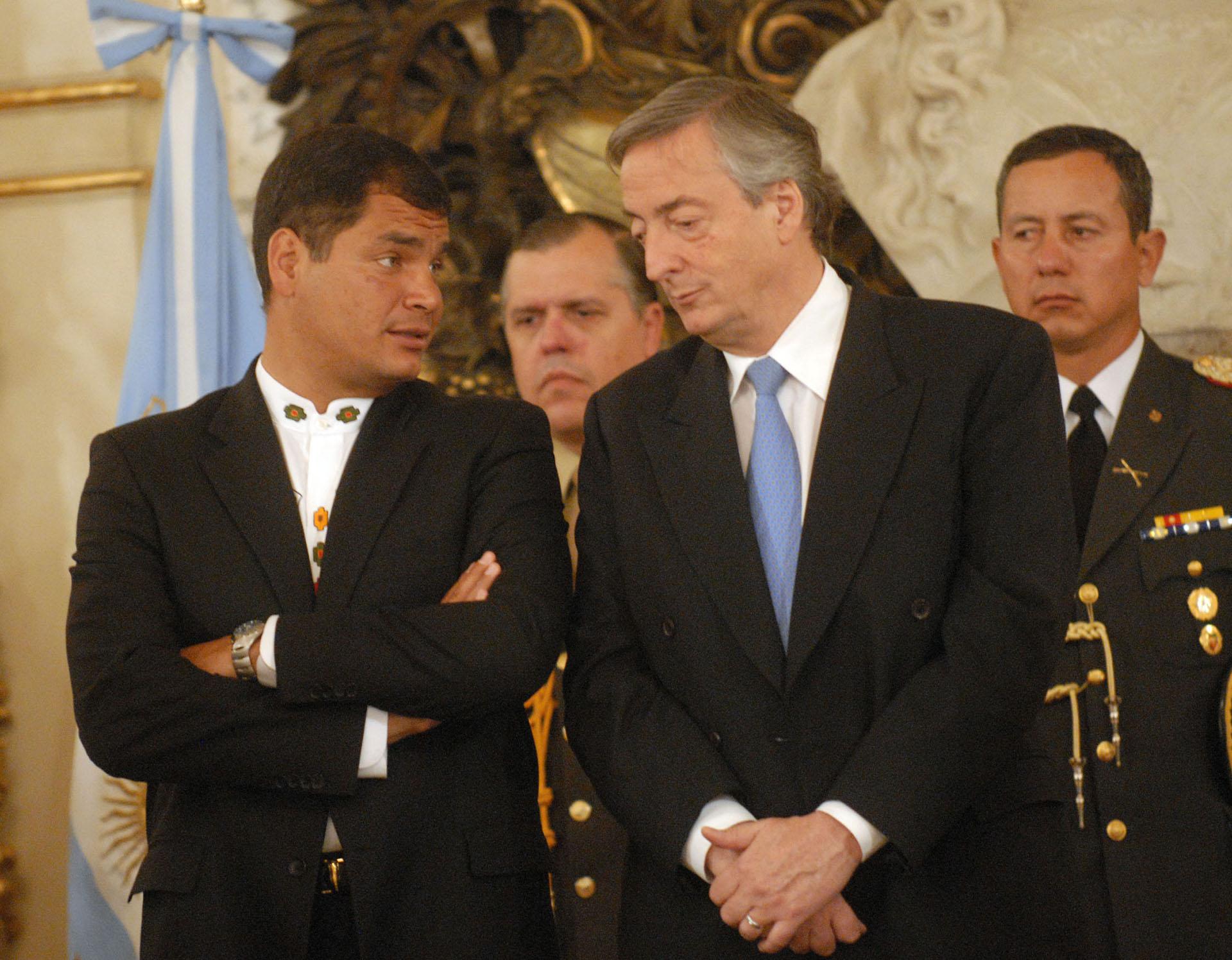 El presidente Néstor Kirchner junto su par de Ecuador,Rafael Correa, en el Salón Blanco de Casa de Gobierno.