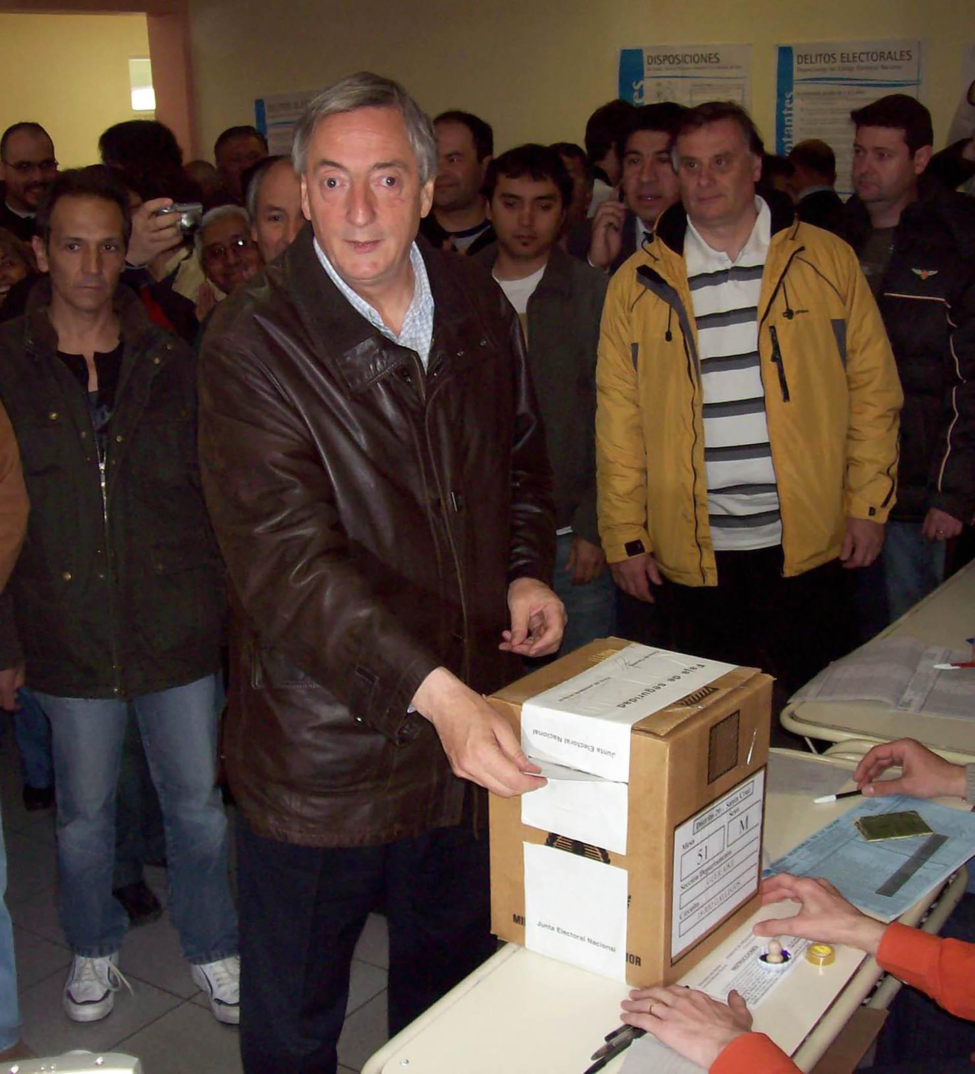 El presidente Néstor Kirchner al emitir su voto para las presidenciales, en Santa Cruz