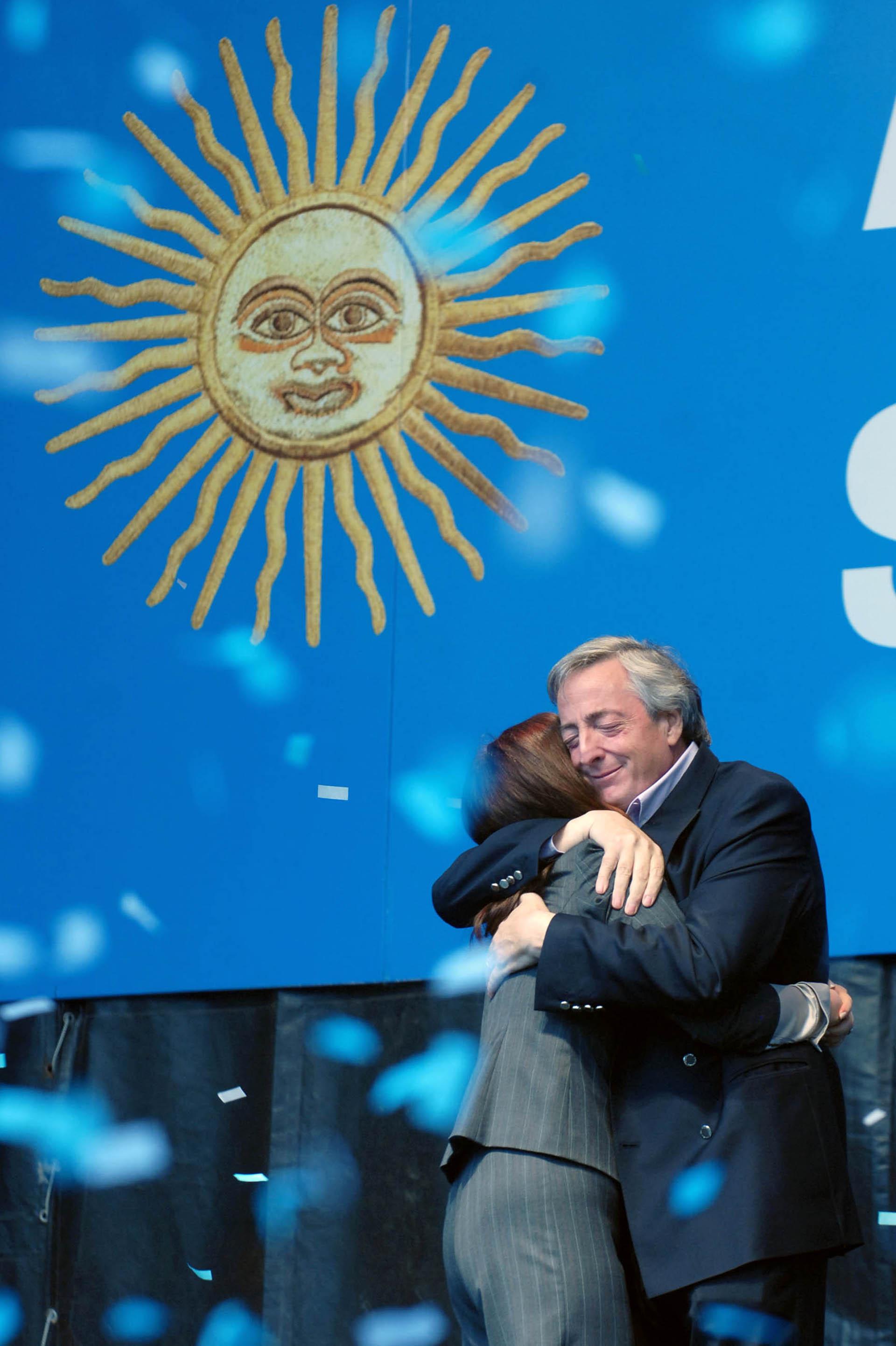 La presidente Cristina Fernández de Kirchner junto a su esposo Néstor Kirchner al finalizar su discurso en la Plaza de Mayo.