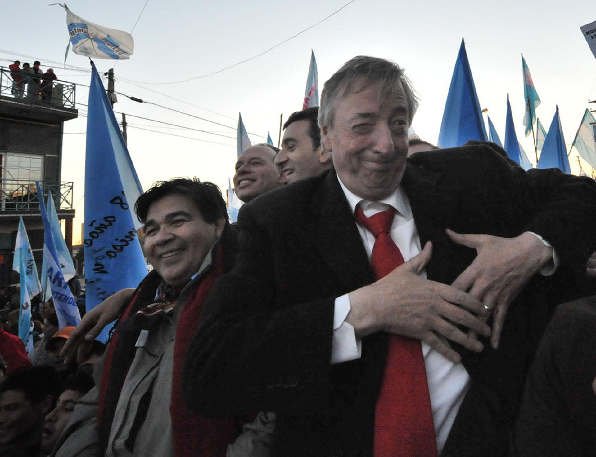 El candidato a diputado nacional por el FpV, Néstor Kirchner, durante una recorrida de campaña por José C. Paz.